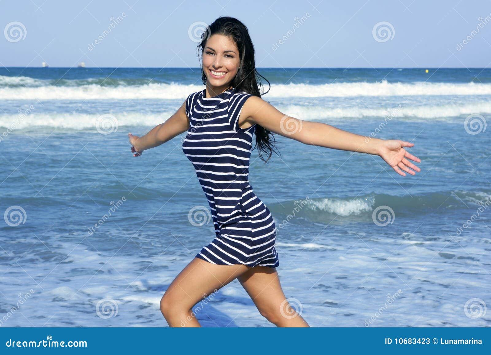 Фото красивых брюнеток на пляжах 8 фотография