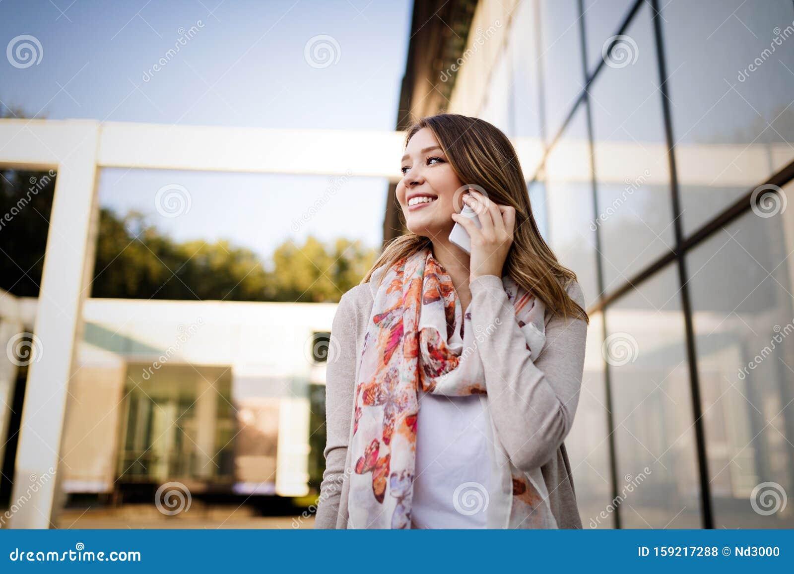 Девушка модель мобильного телефона для работы работа веб моделью для парней дома