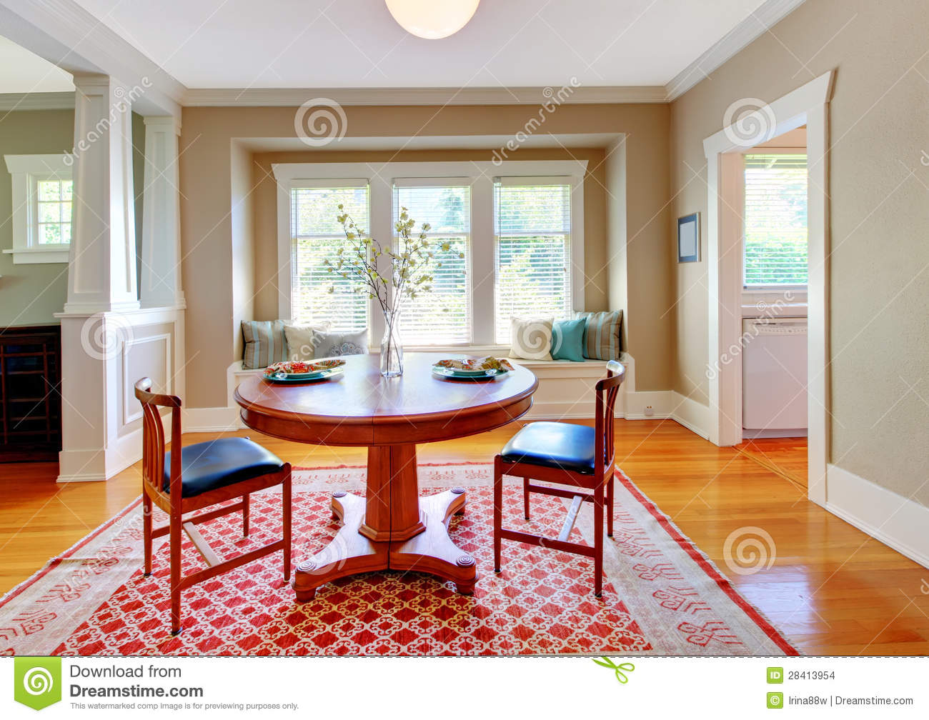 Beautiful Decor Of Dining Room With Beige Blue And Red