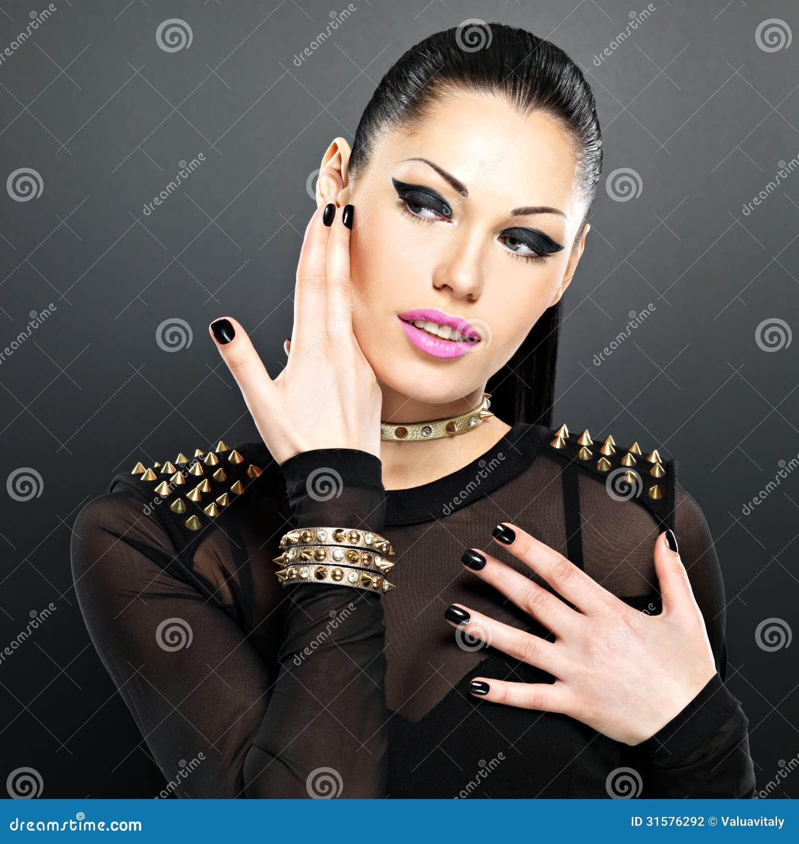 Секс девушки с чёрными ногтями 23 фотография