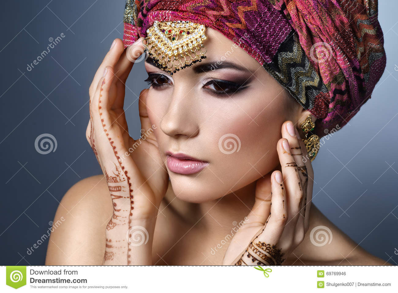 Beautiful fashion east woman portrait with oriental for Oriental accessories