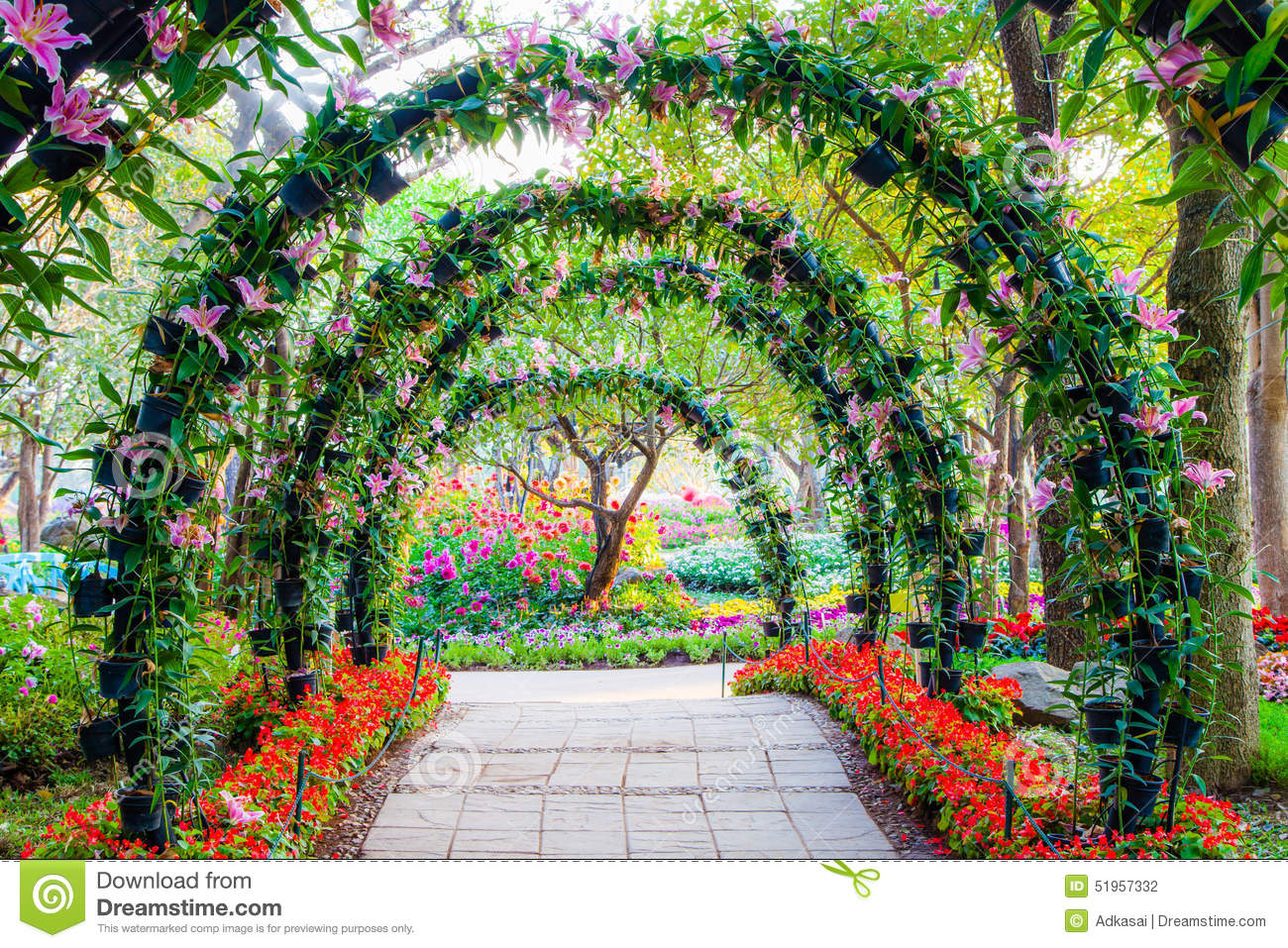 Beautiful flower arches with walkway in ornamental plants for Arco decorativo jardin