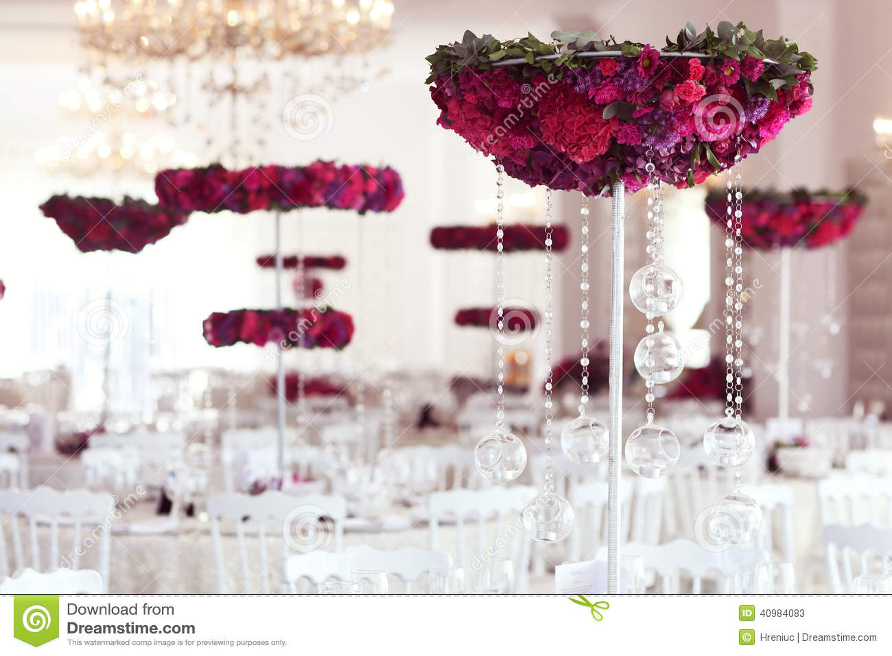 Beautiful flowers on wedding table decoration arrangement - Decoration table pour invites ...