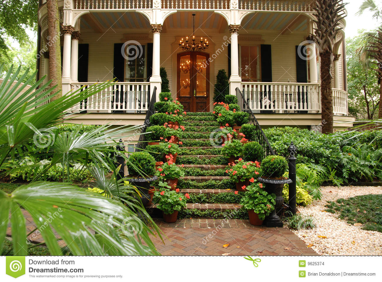 Beautiful front stairs and yard of historic home stock - Casas con jardines bonitos ...