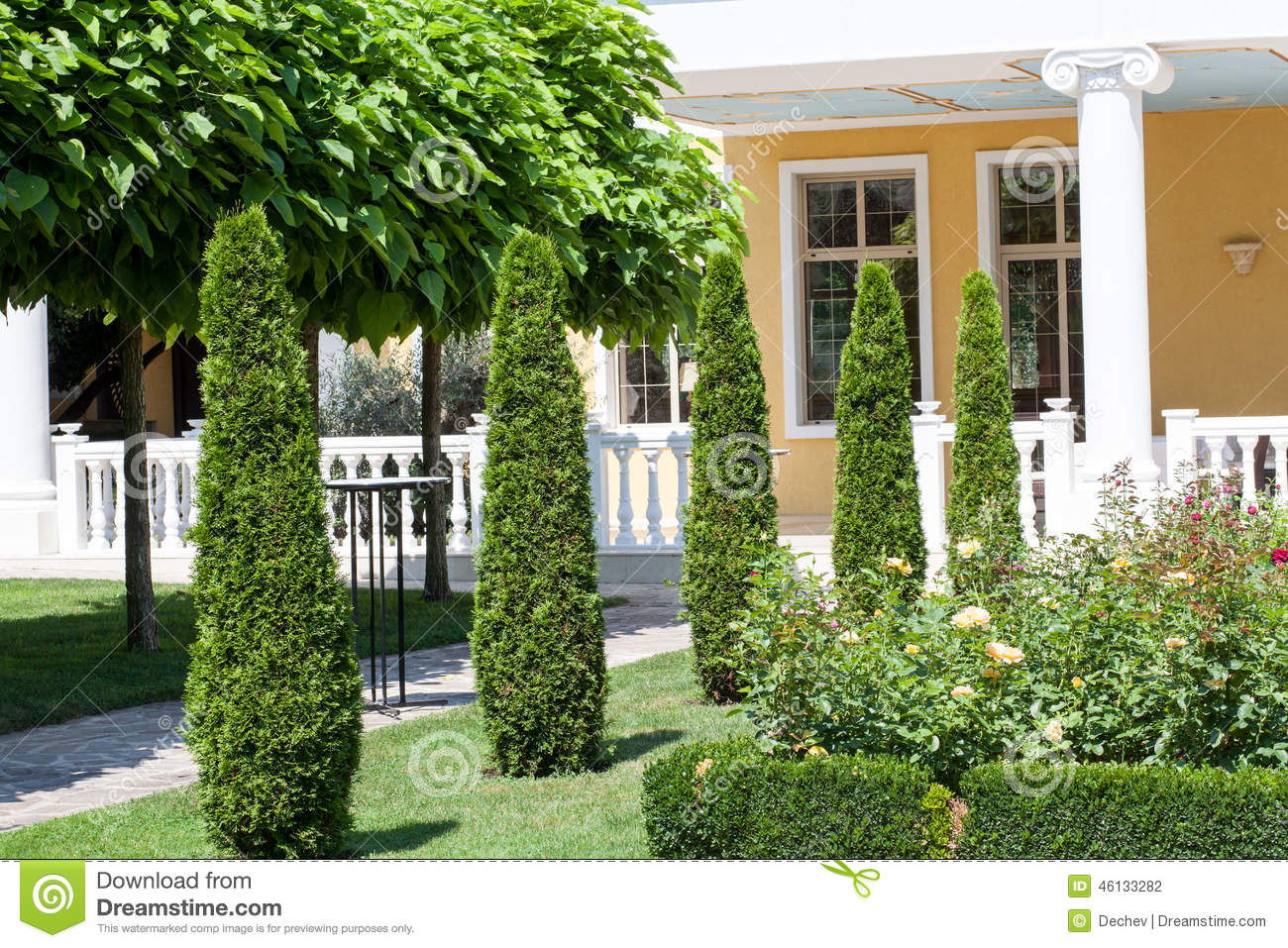 Beautiful garden in front of a villa house stock photo - Front de liberation des nains de jardin ...