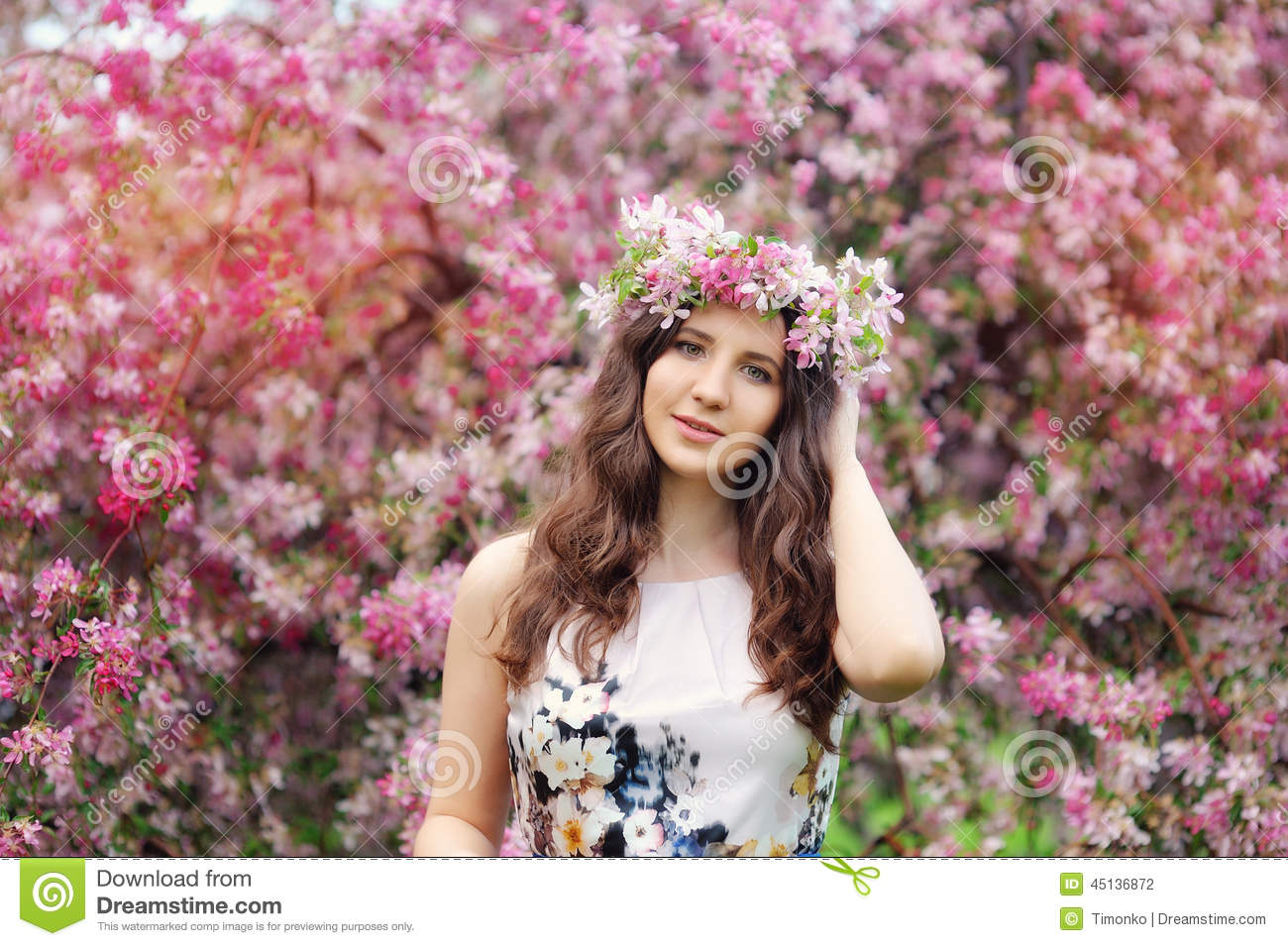 Beautiful girl with flowers in her hair spring stock for Foto beautiful