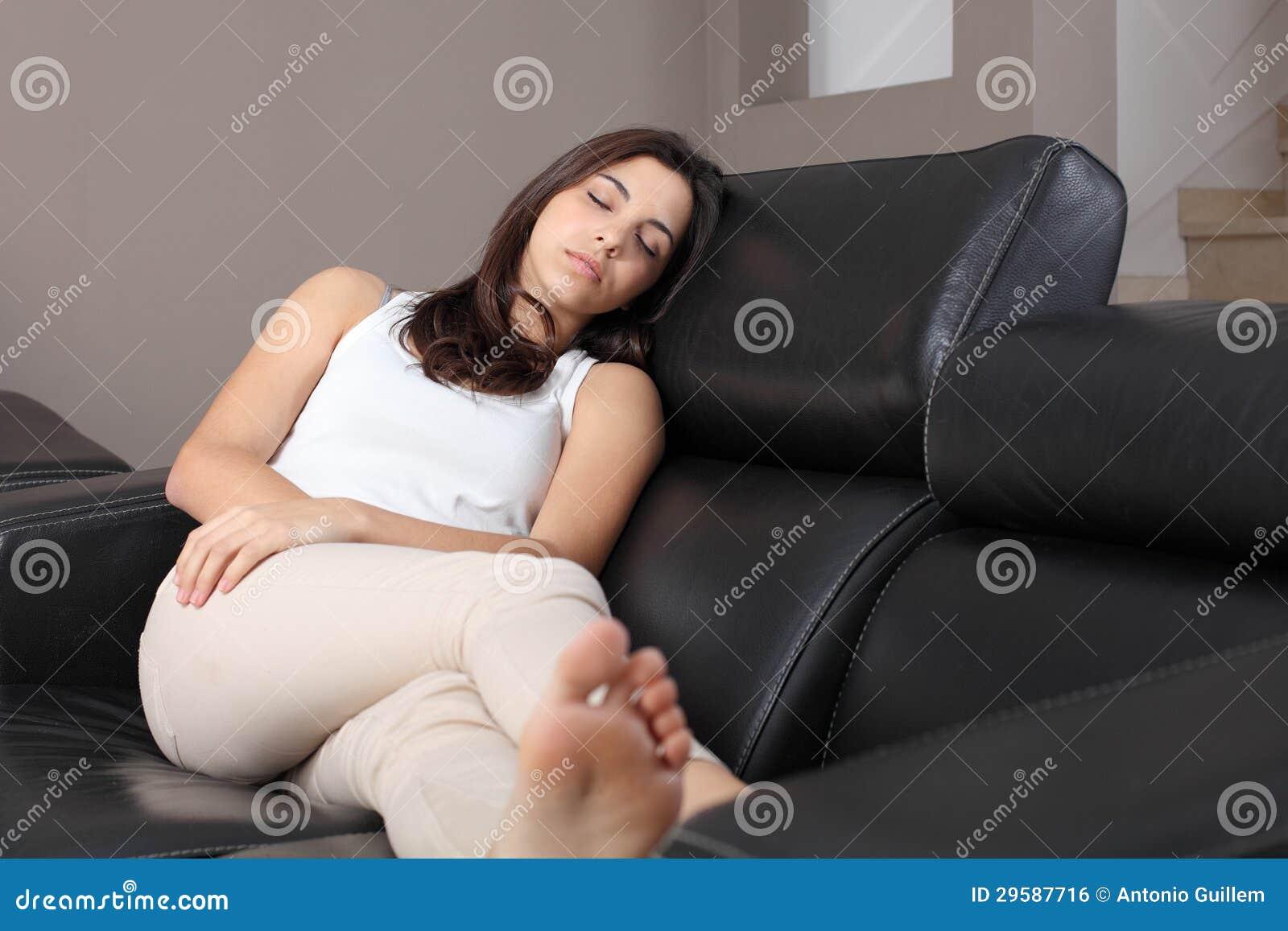 Сидя дома на диване для взрослых 14 фотография