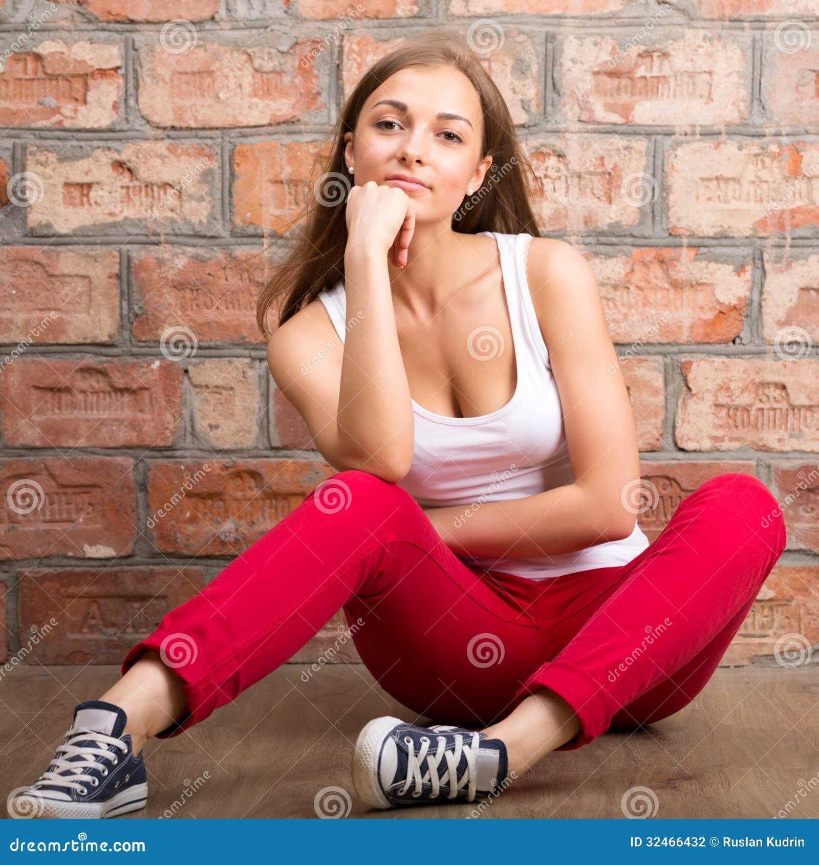 Девушка фото на фоне кирпичной стены