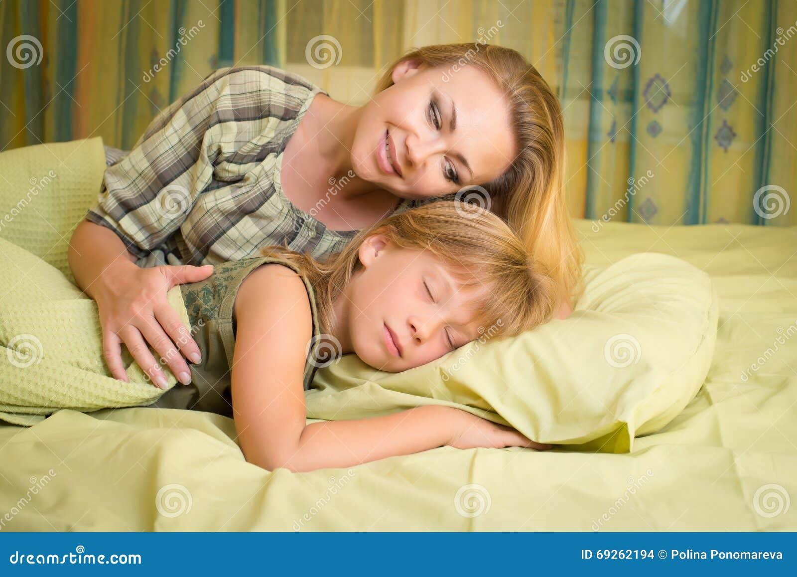 Сын трахнул спящую мать в рот, Похотливый сын поимел спящую маму в рот и пизду 22 фотография