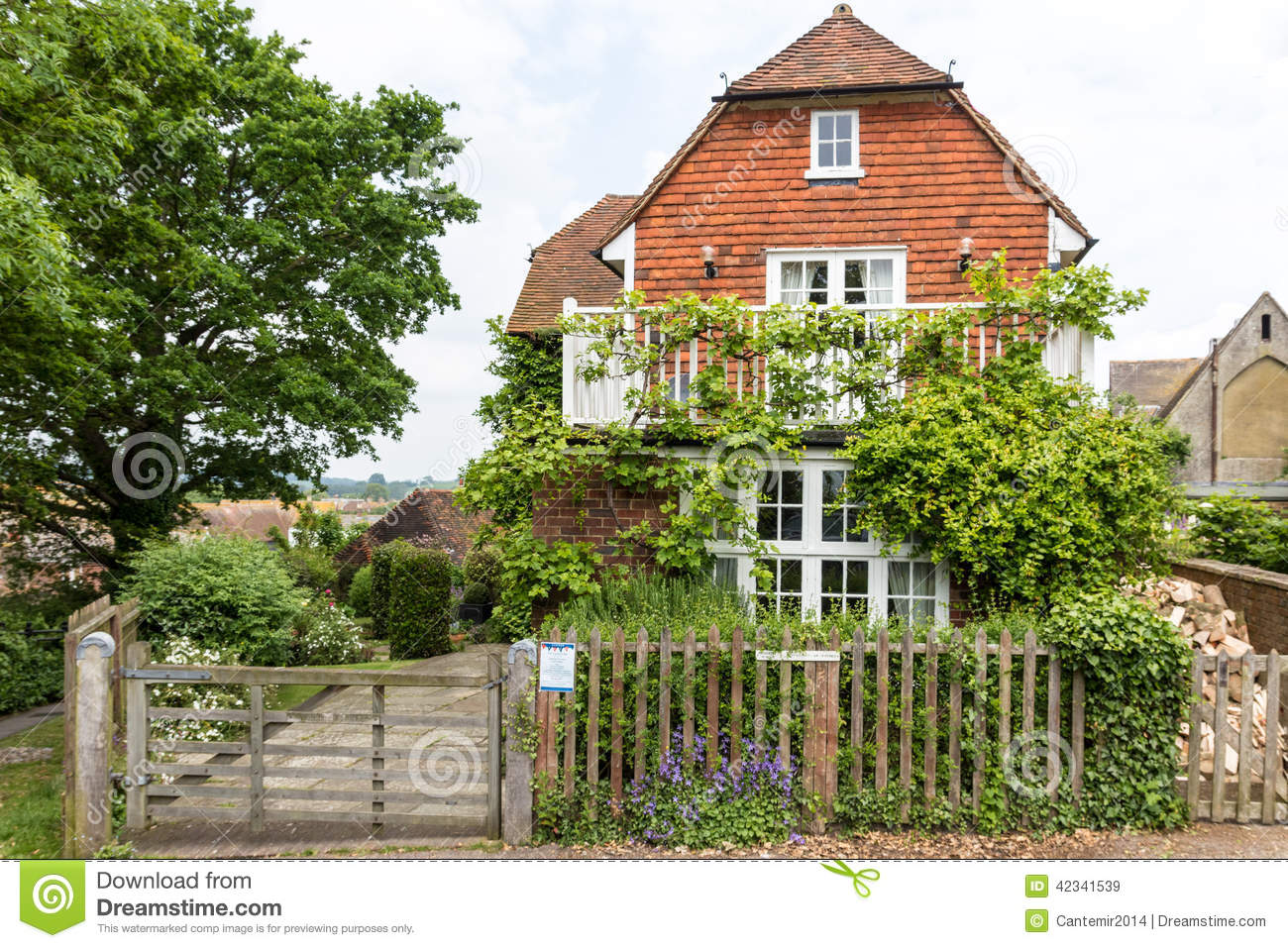 Beautiful house with green garden seen in rye kent uk for Beautiful house with garden