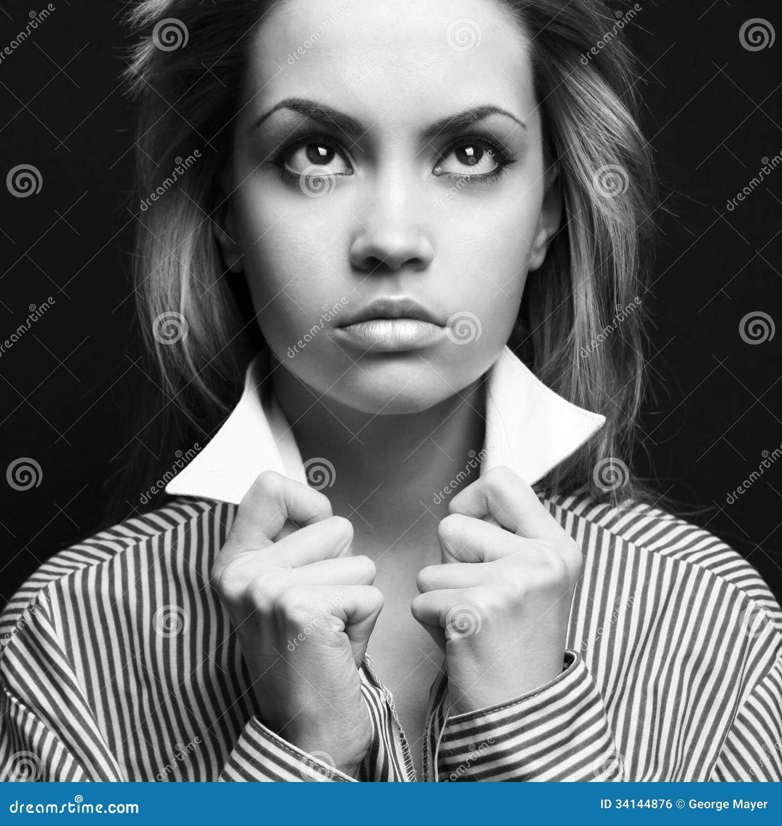 Черно-белое фото белокурой девушки