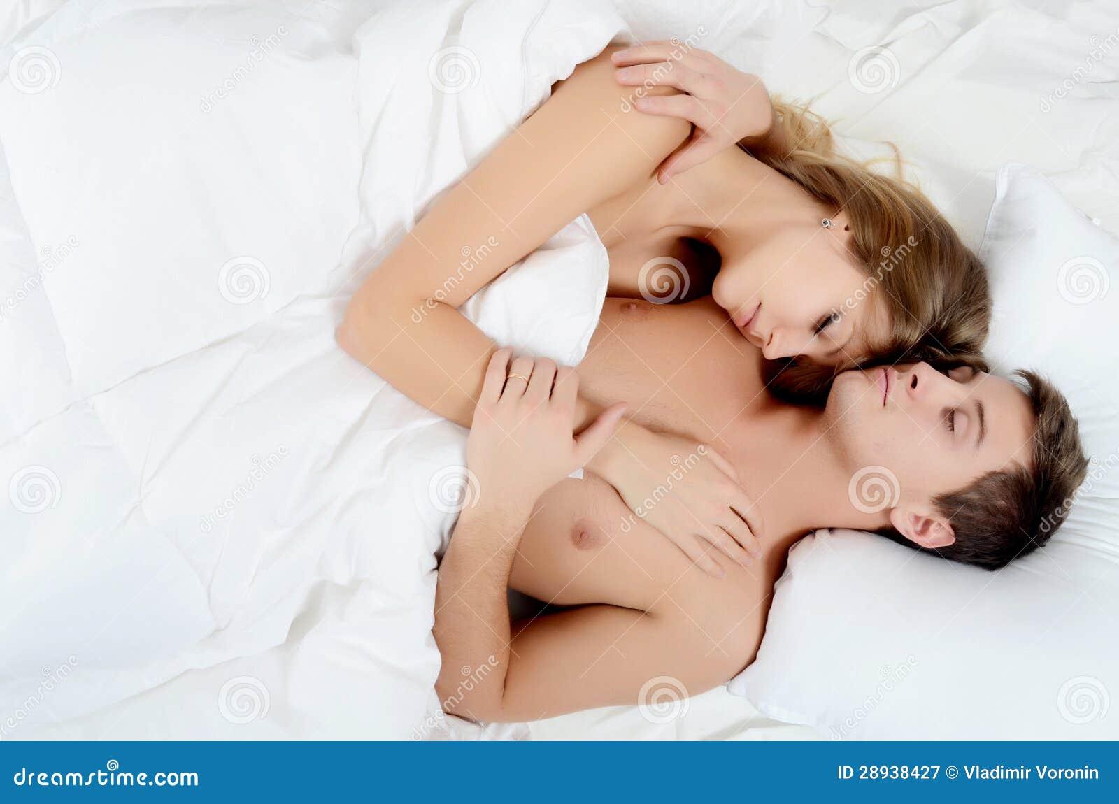 Спящую красивую в постели 2 фотография