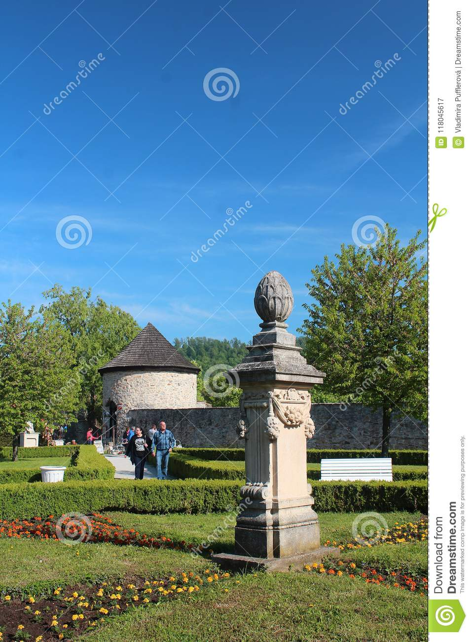 Beautiful Parks And Gardens   Ornamental Statue, Hedges And Flower Beds At  Historical Garden Of
