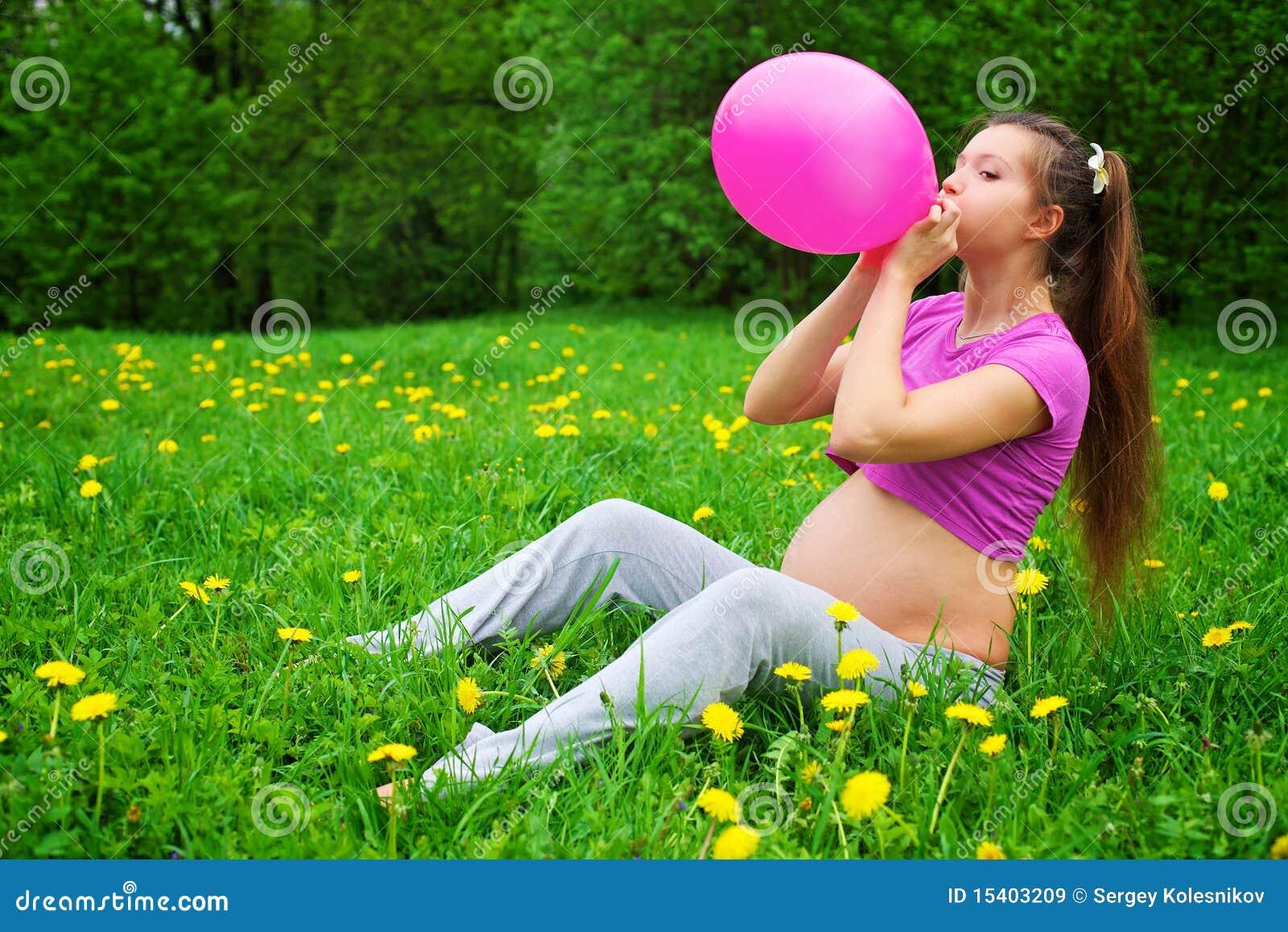 Фотосессия беременной на природе с шарами