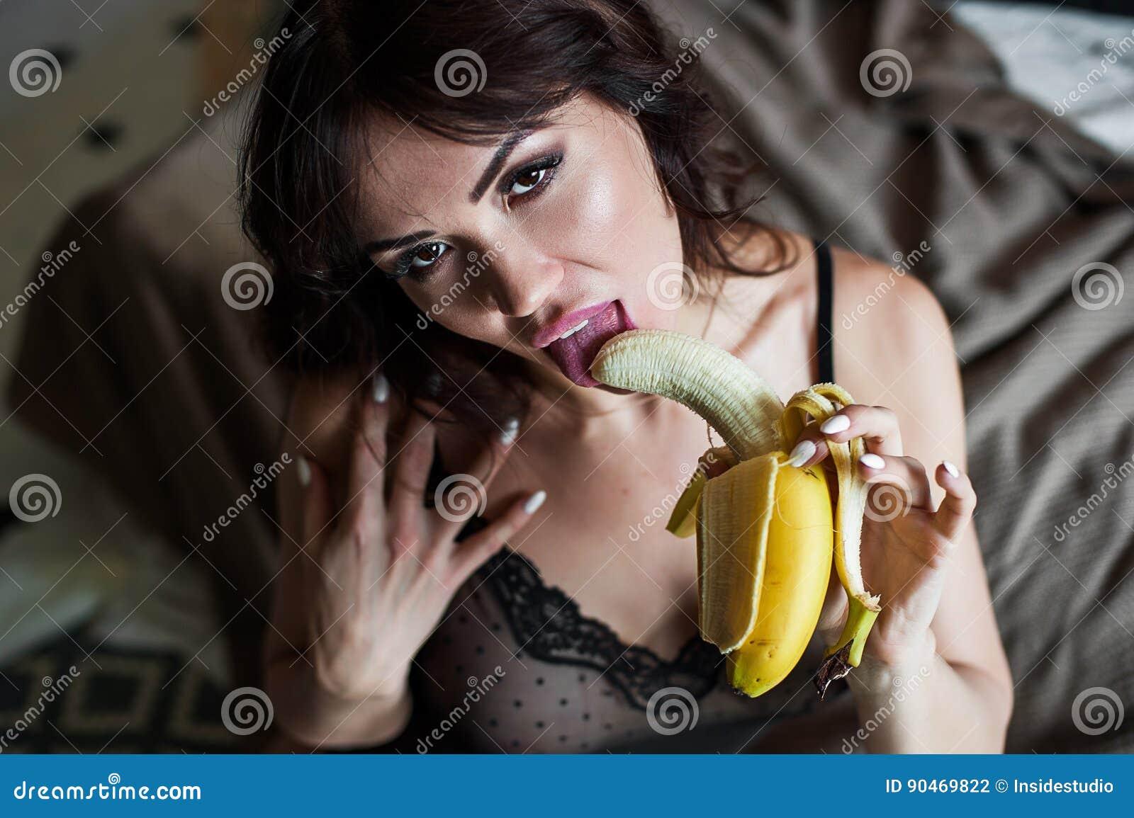Как секс бананом как сосать видео
