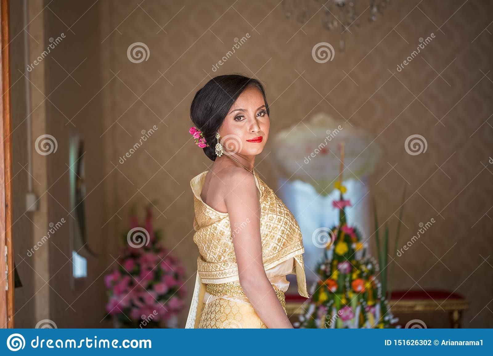 https://thumbs.dreamstime.com/z/beautiful-thai-bride-wedding-day-happy-asian-traditional-costumes-151626302.jpg