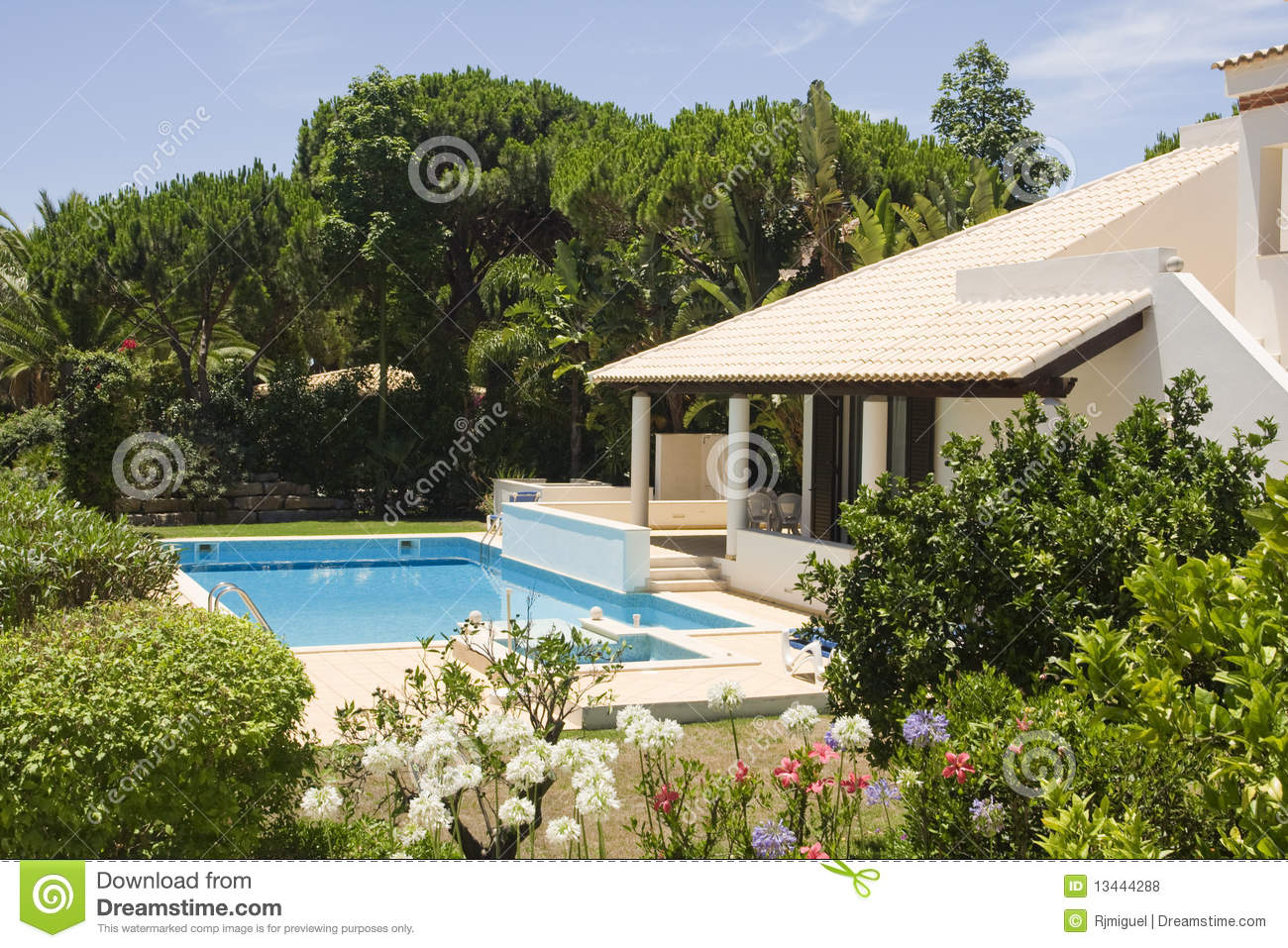 Beautiful villa with a healthy garden and pool