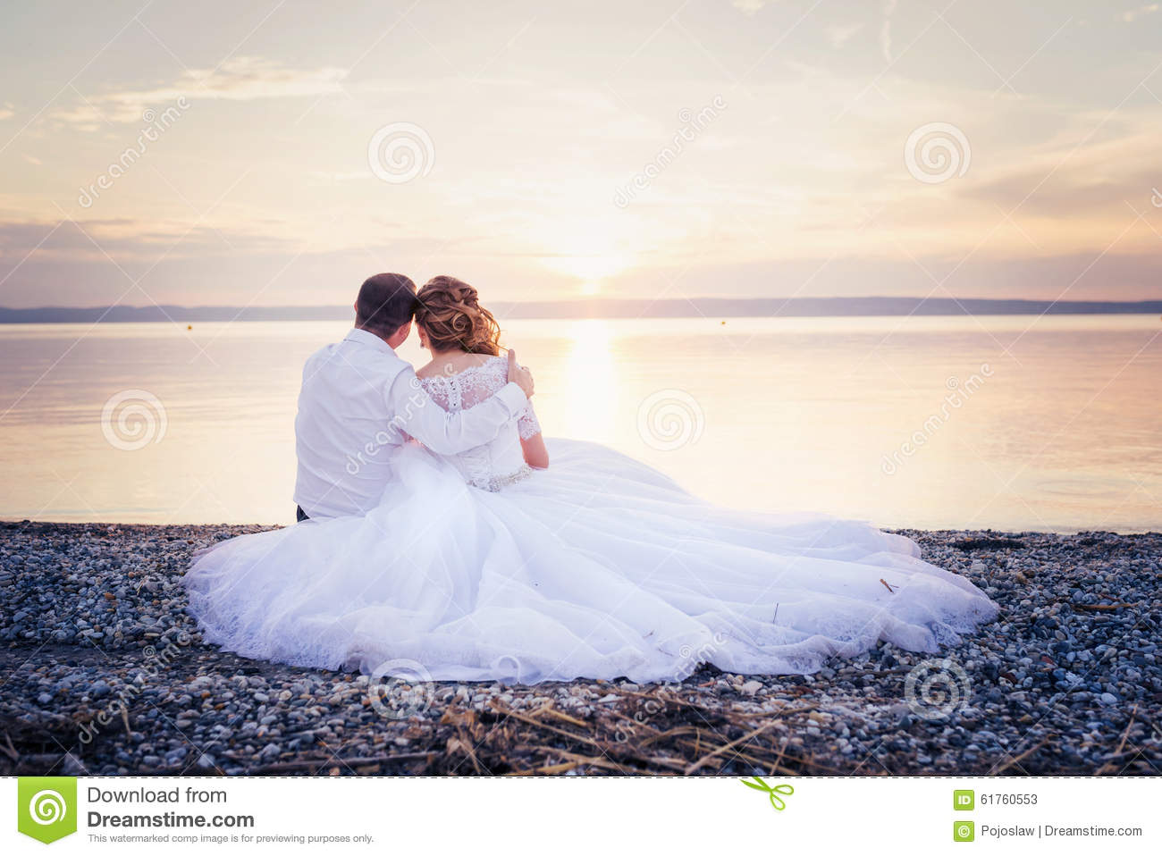 marriage wedding and young woman dreams To dream of wedding guests, symbolizes the big family happiness  for a young  girl, to dream that she is getting married secretly, it means the emergence of.