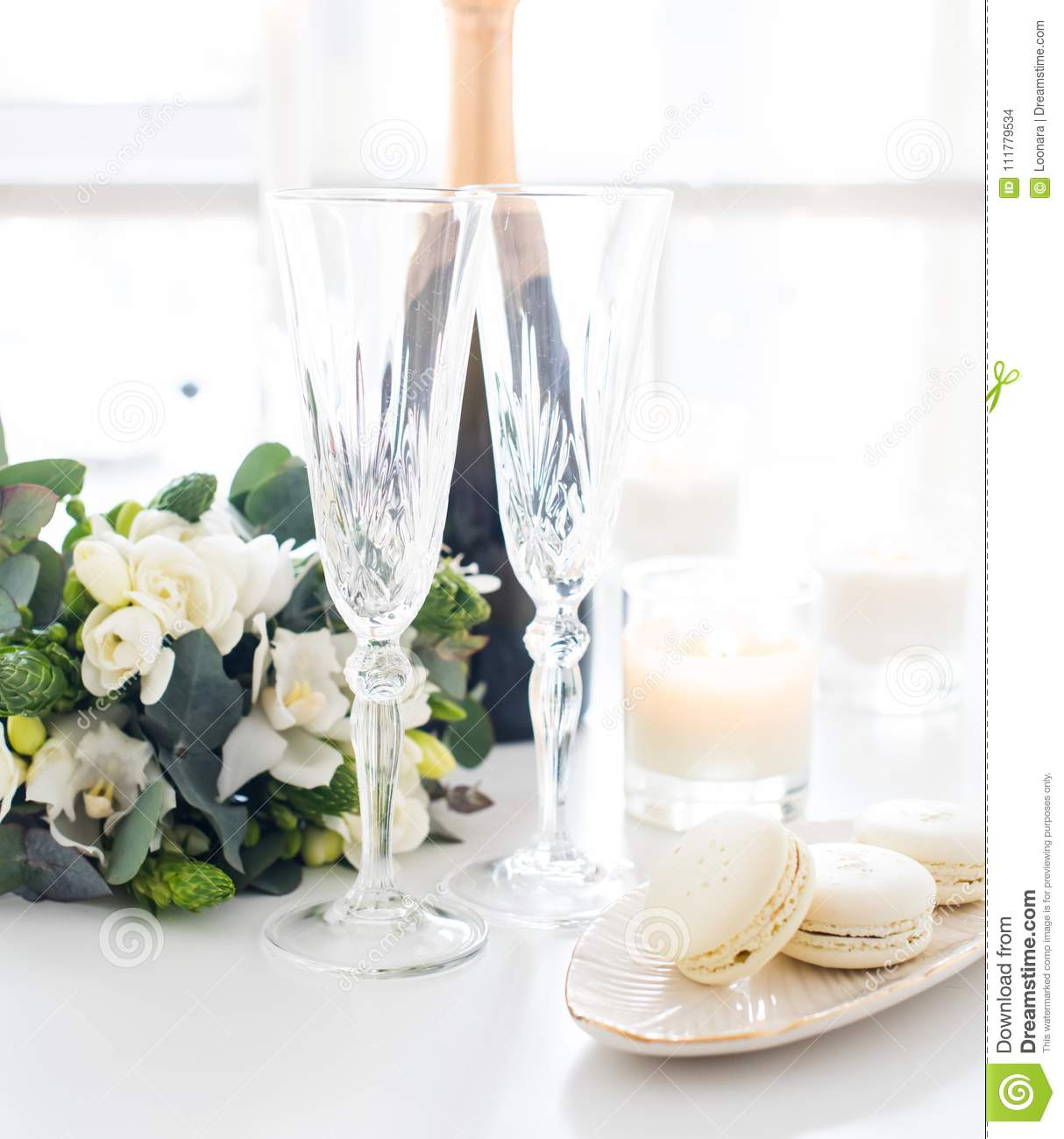 White Luxury Wedding Decor With Wonderful And Beautiful: Beautiful Wedding Decoration With Champagne And Flowers
