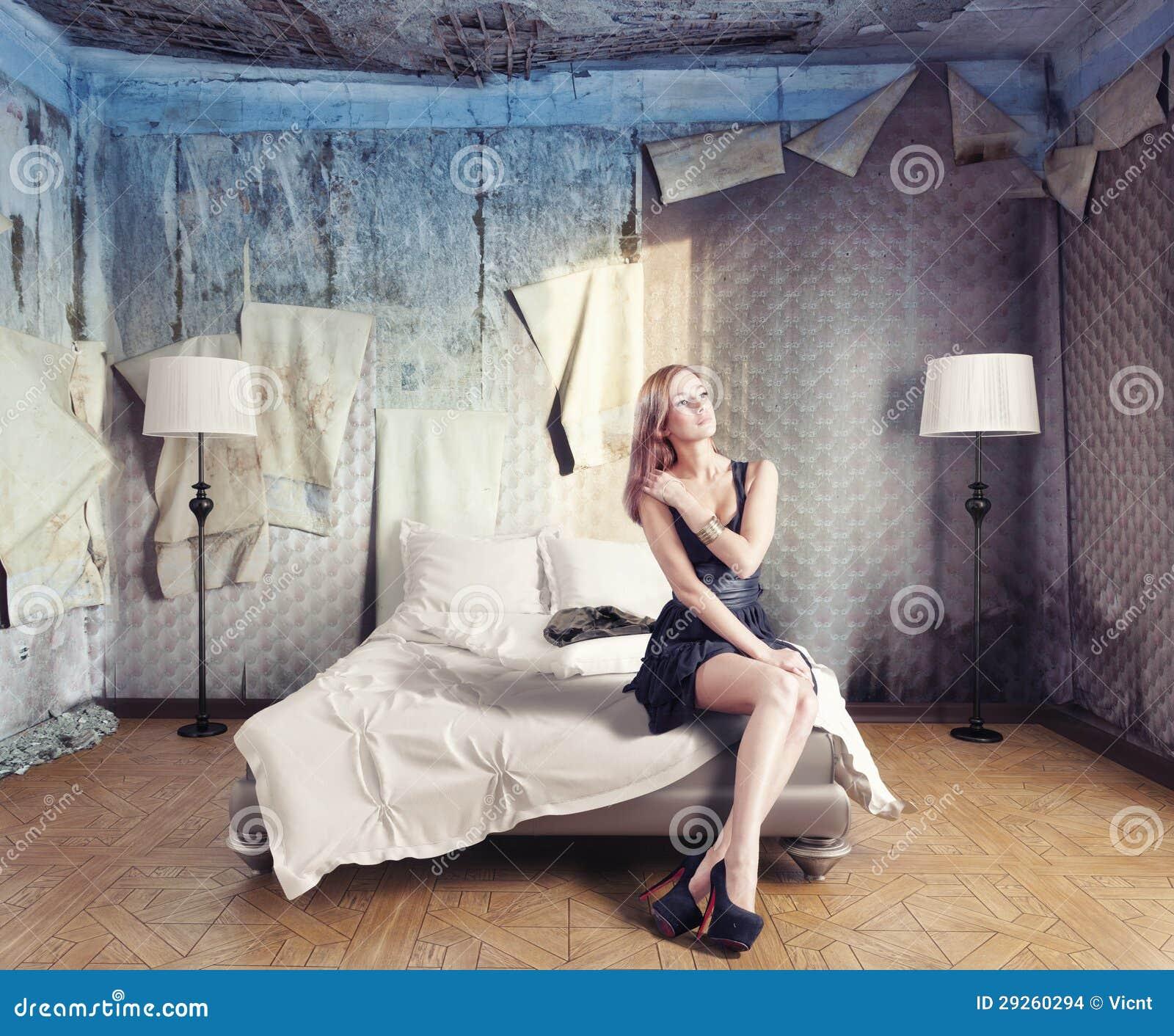 Фото женщина сидит на кровати 23 фотография
