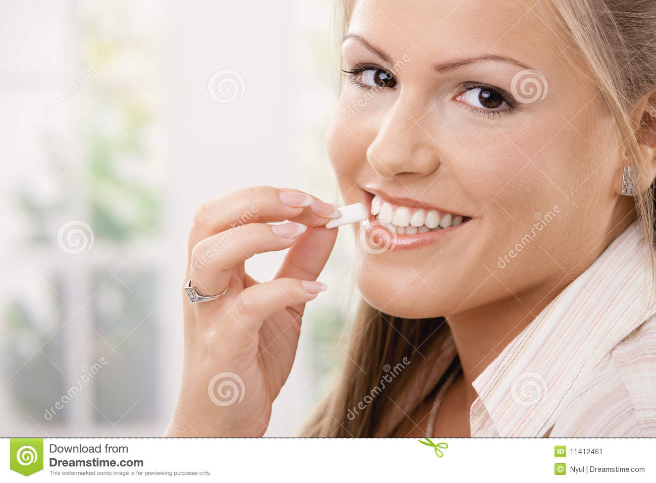 how to eat chewing gum