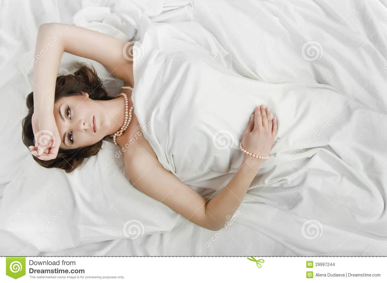 Lying In Bed Or Laying In Bed 28 Images Woman Lying On The Bed And Holding A Mobile Phone