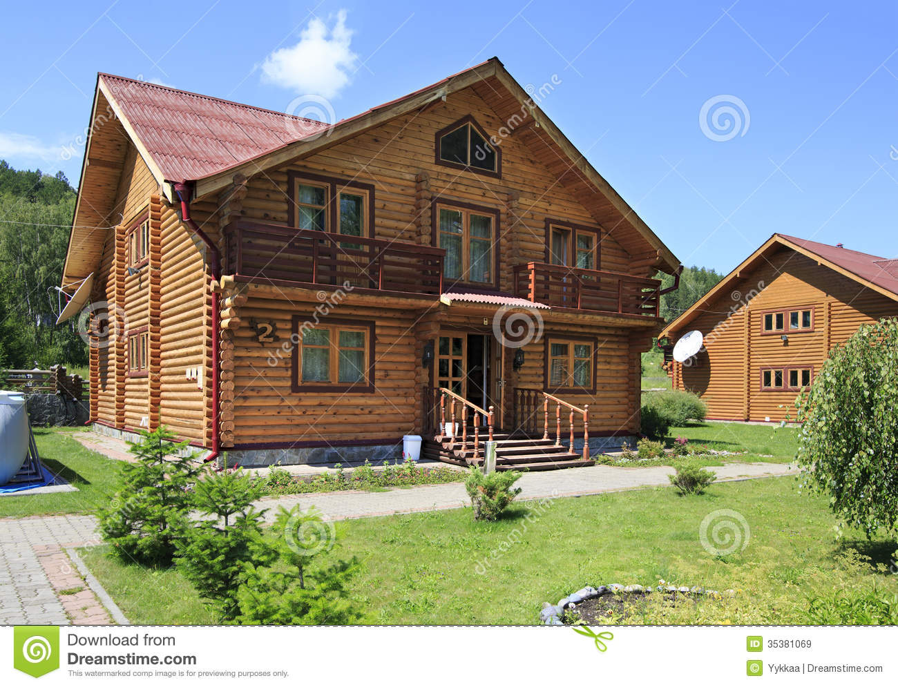 Beautiful wooden house in the mountains royalty free for Bestes holzhaus