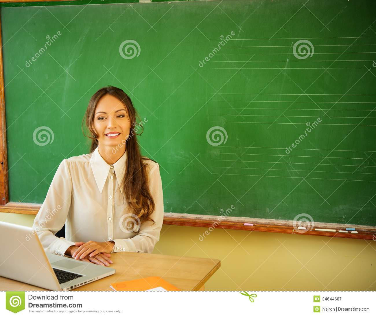 Beautiful female teacher to teach you to make 3