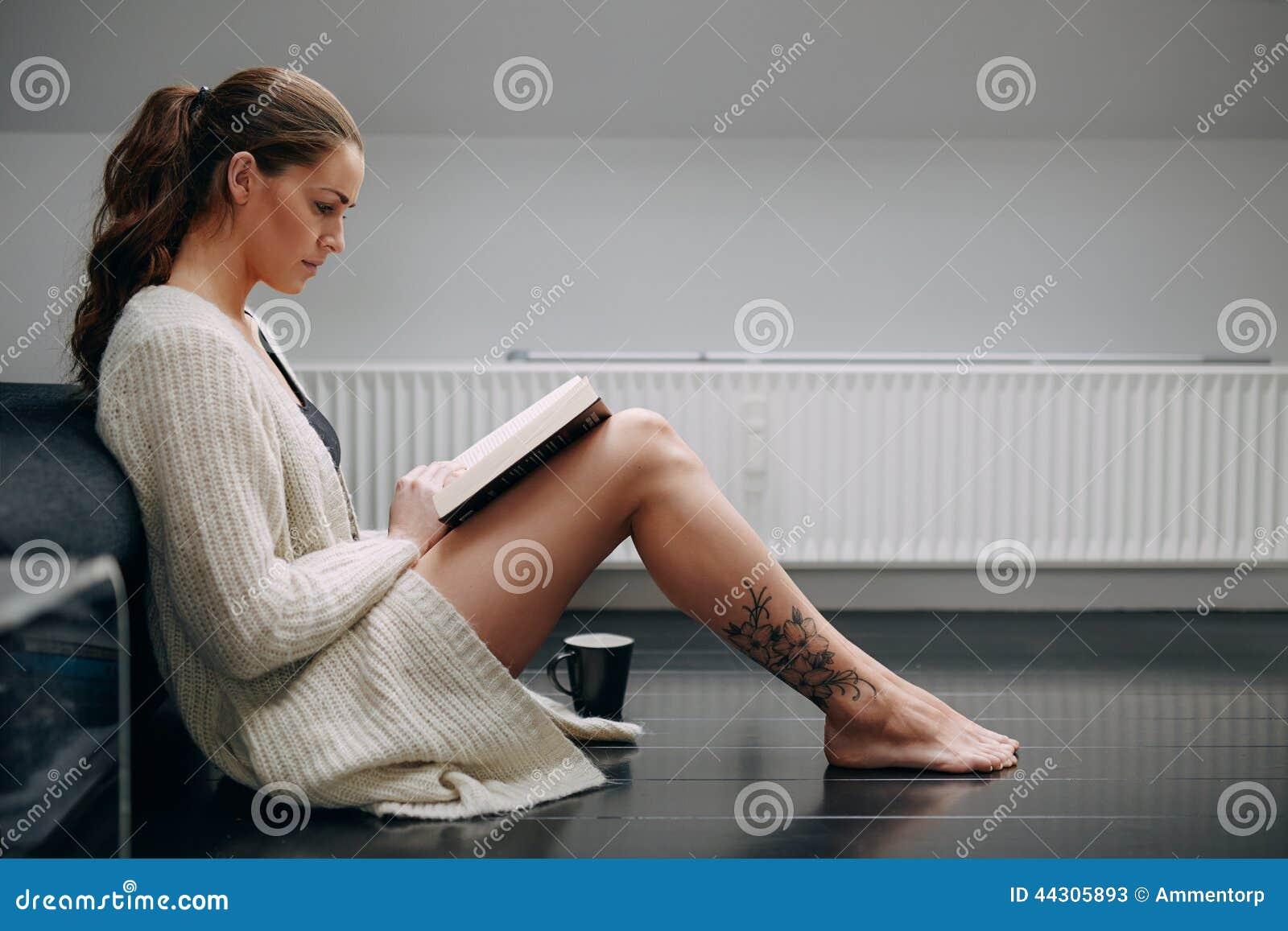 Фото девушка сидит полубоком