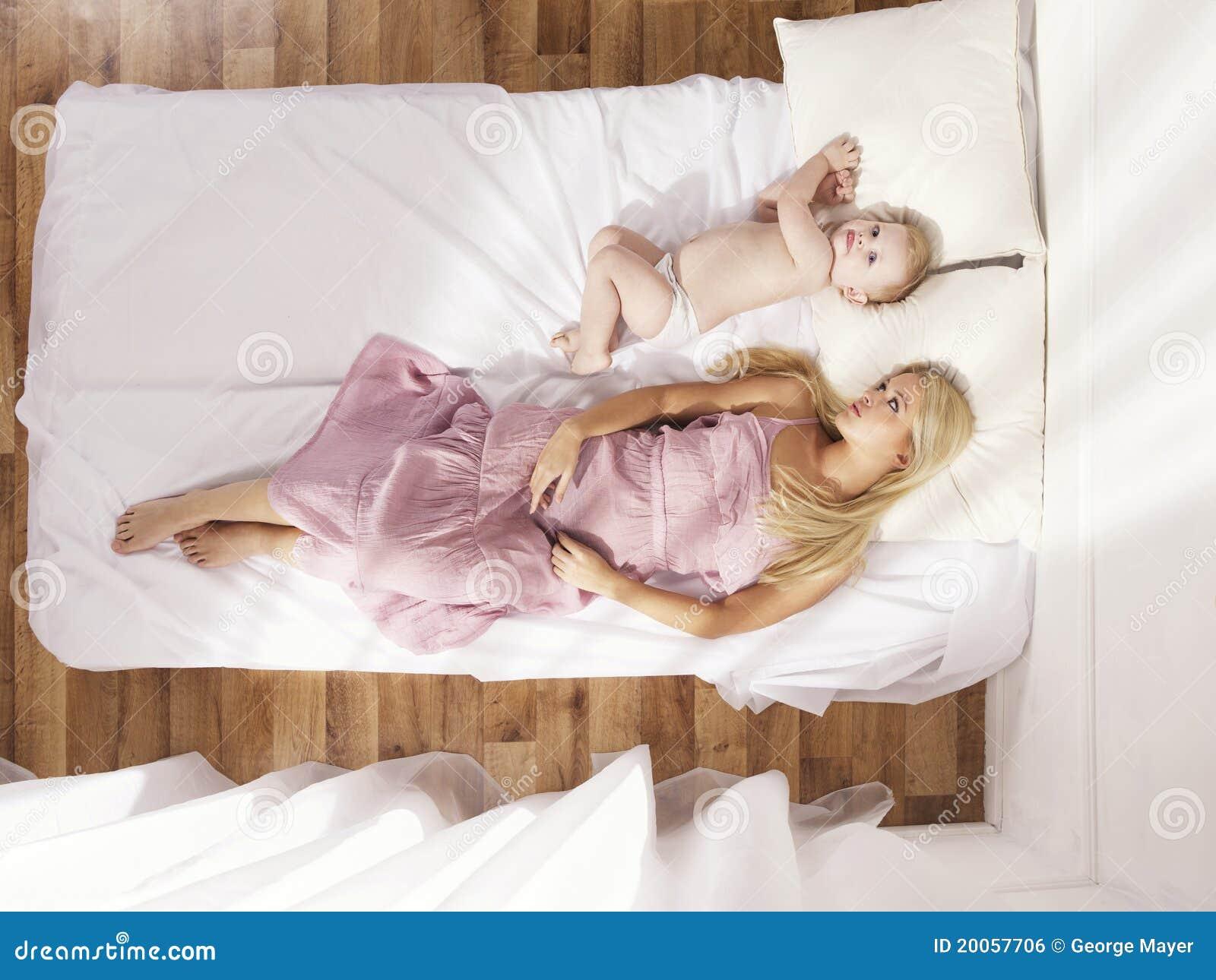 Сын подсматривал за спящей мамой смотреть бесплатно, Сын подглядел за тренировкой мамы и трахнул ее порно 23 фотография