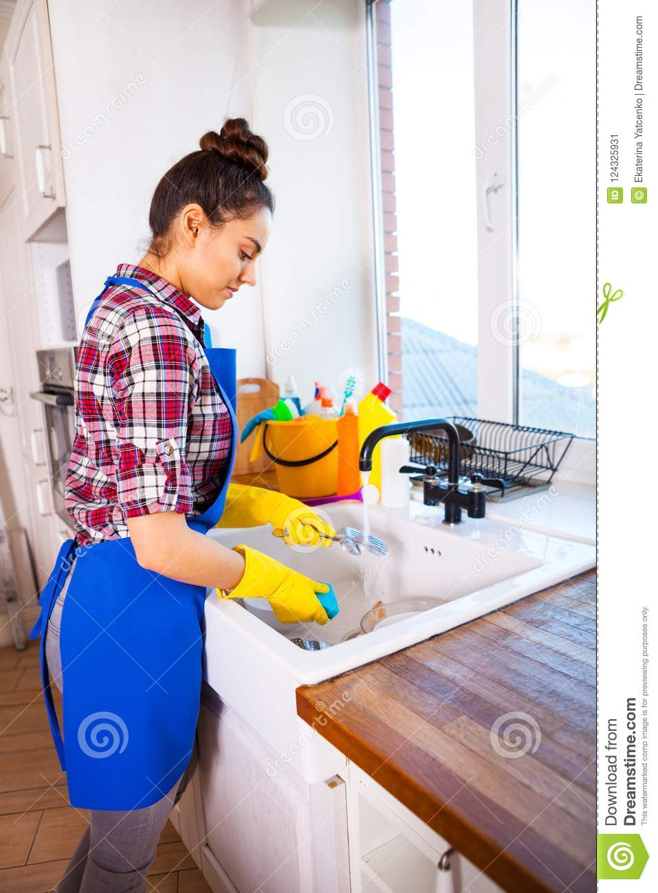 Suggest Young girl cleaning house