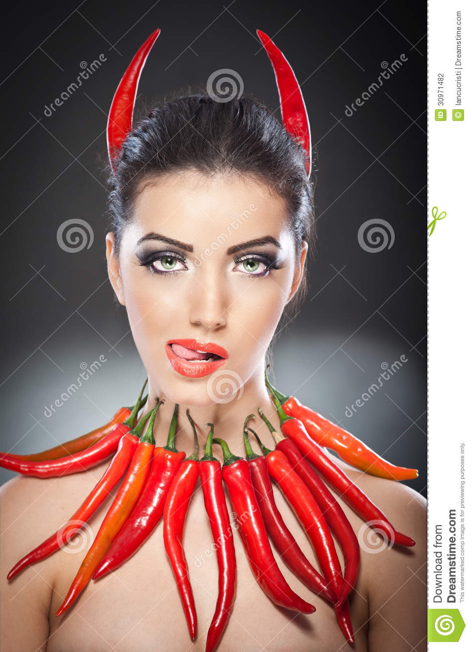 Salsa Delicadeza caliente del DIABLO ! - Página 4 Beautiful-young-woman-portrait-red-hot-spicy-peppers-fashion-model-creative-food-vegetable-make-up-over-black-30971482