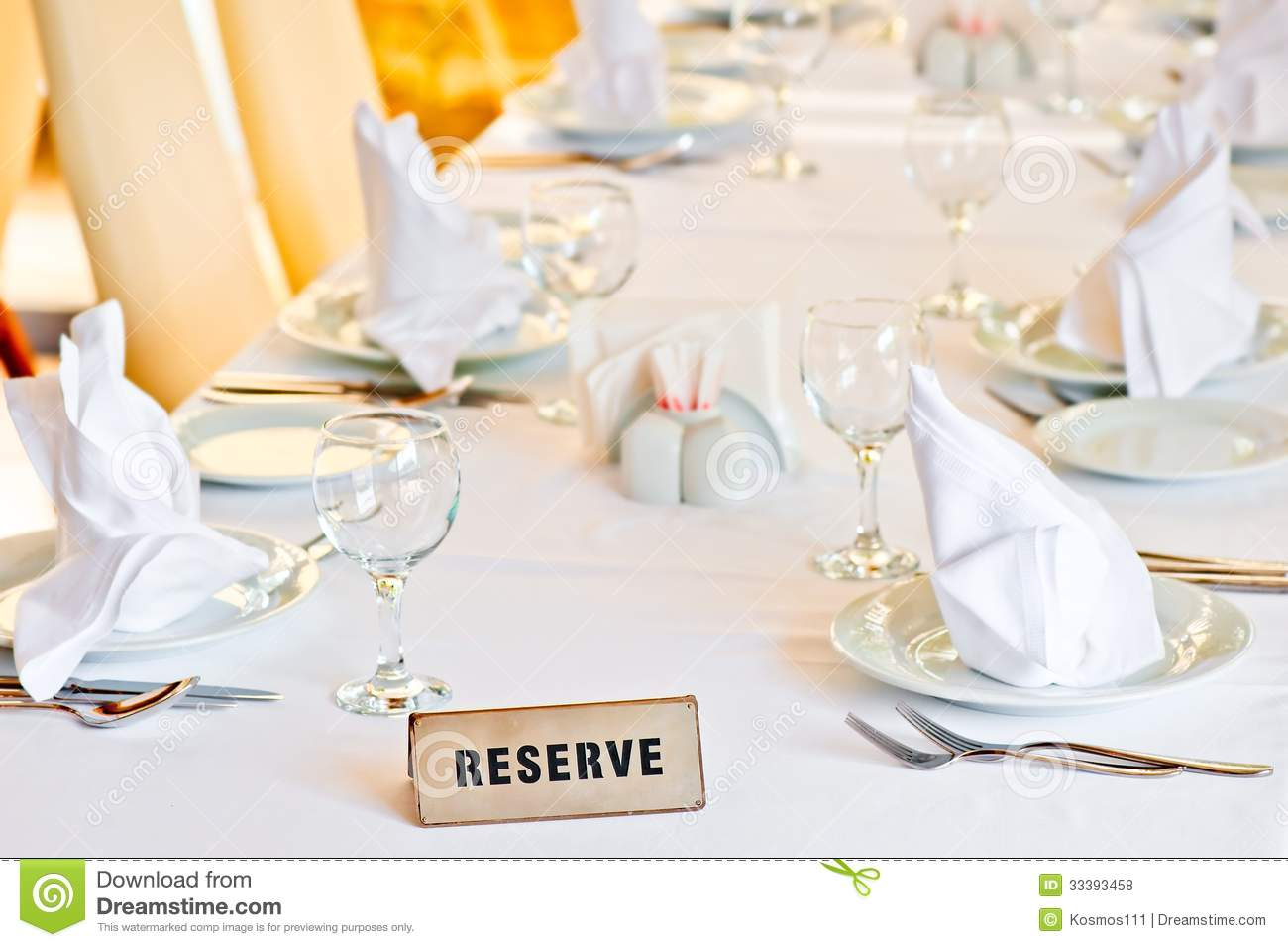 Beautifully set table is reserved for guests of restaurant - Set de table personnalise plastifie ...