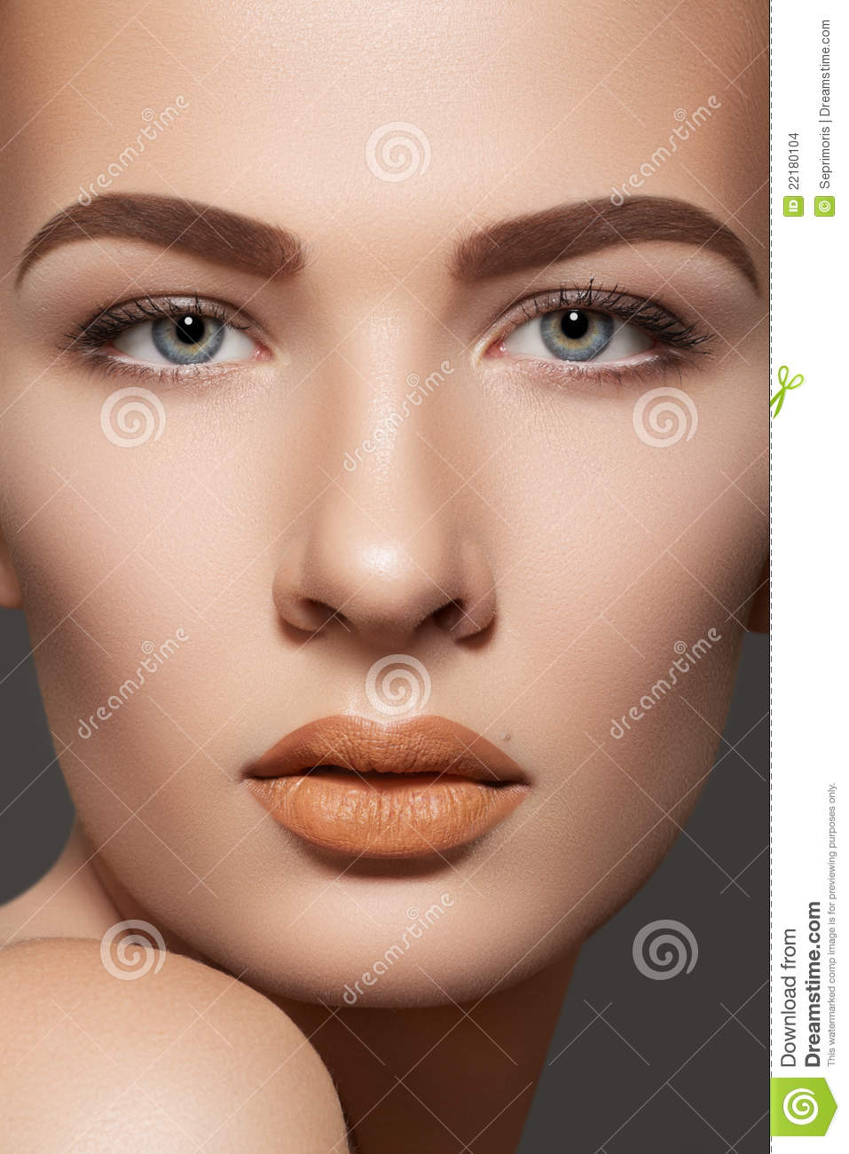 Beauty Model With Natural Eyebrows  U0026 Lips Make