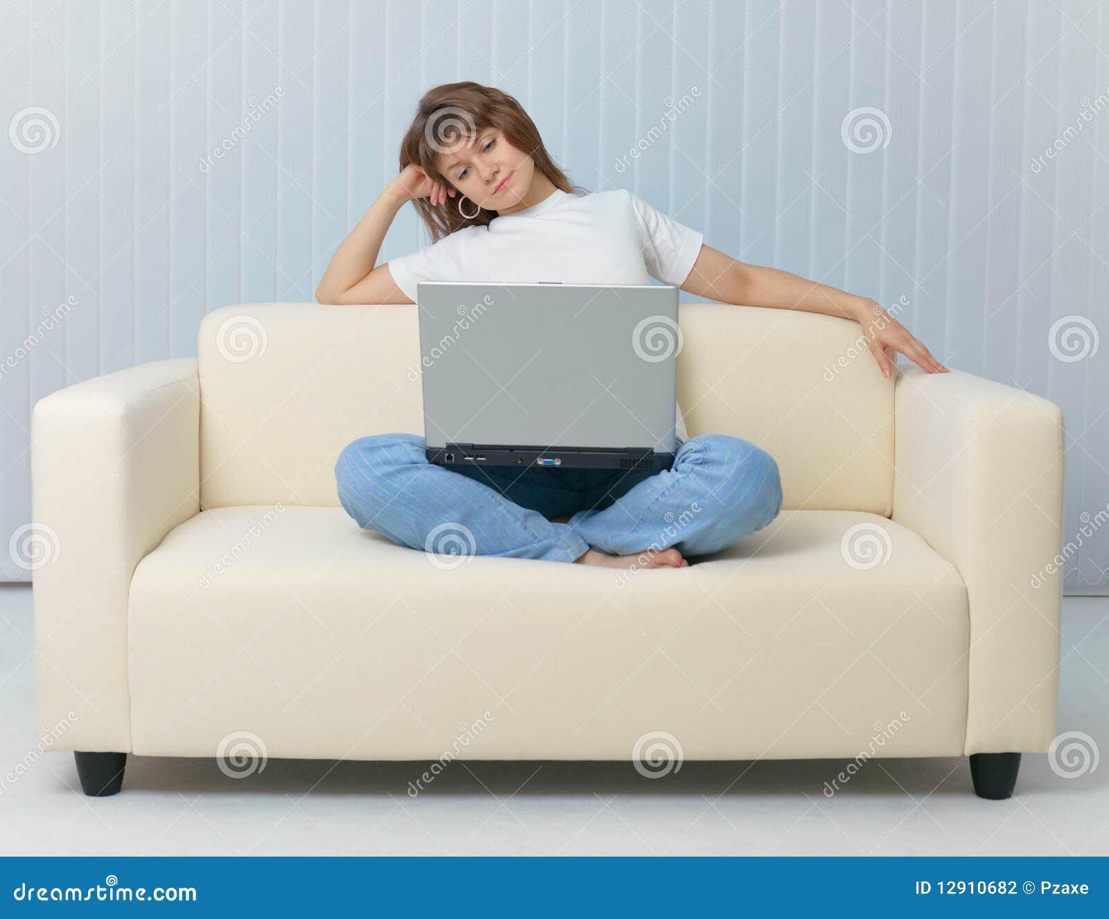 Сидя дома на диване для взрослых 4 фотография