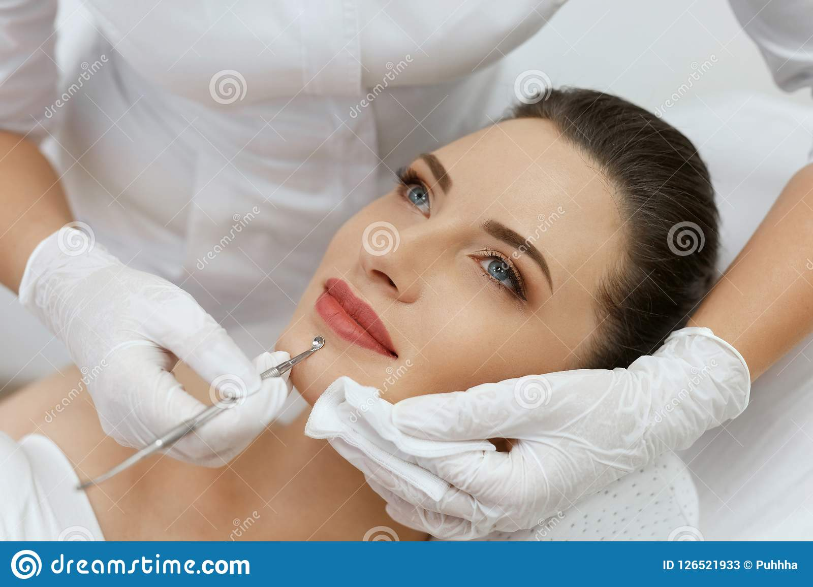 Mechanical cleansing of the face: what it is, description of the procedure, contraindications 97