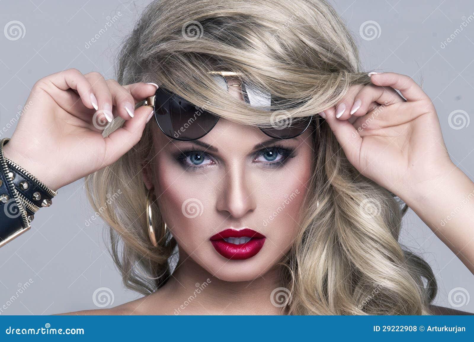Beautyl金发碧眼的女人妇女纵向