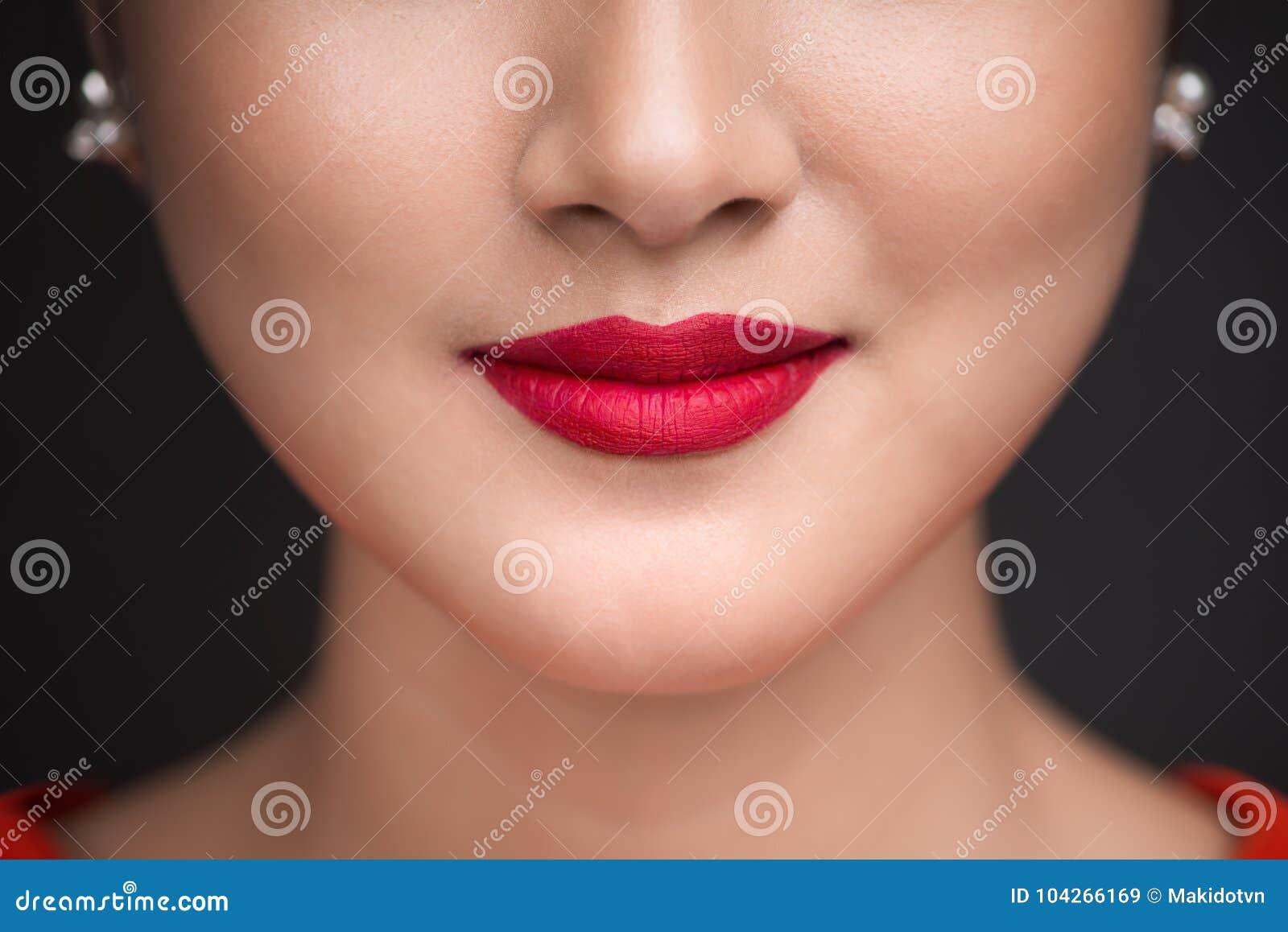 Beauvoir 关闭美丽的妇女嘴唇看法有红色暗淡嘴唇的