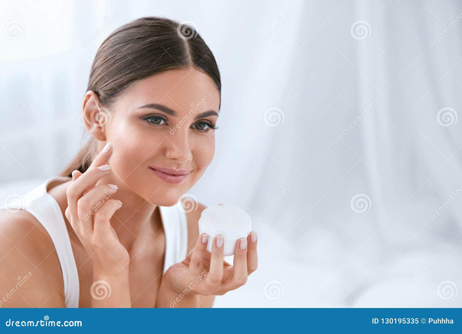 Beauvoir 应用在软的脸皮的美女面霜