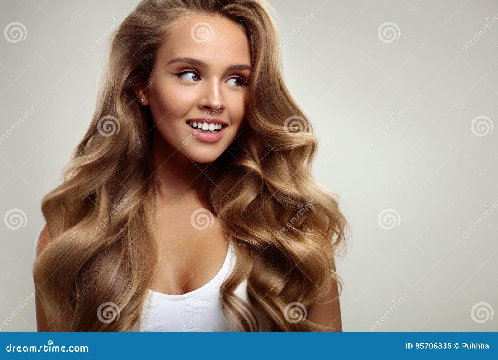 Beauvoir 有长的白肤金发的卷发的美丽的妇女 发型