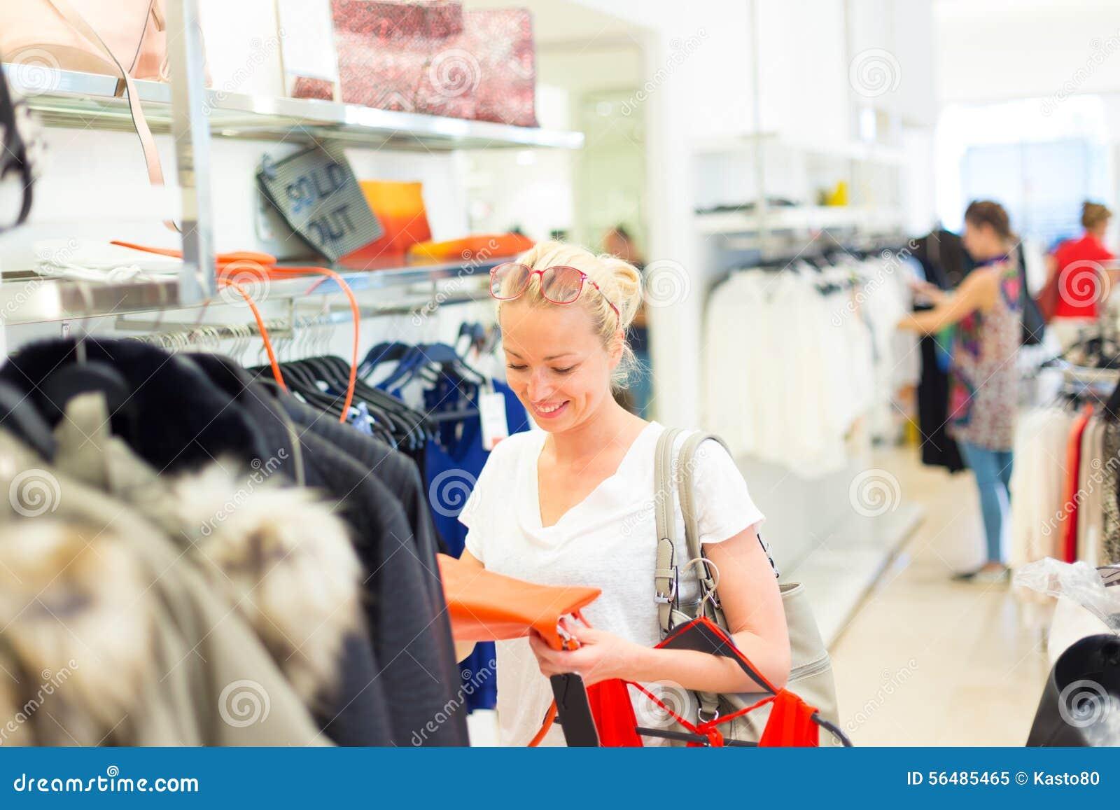 Beaux achats de femme dans le magasin d habillement