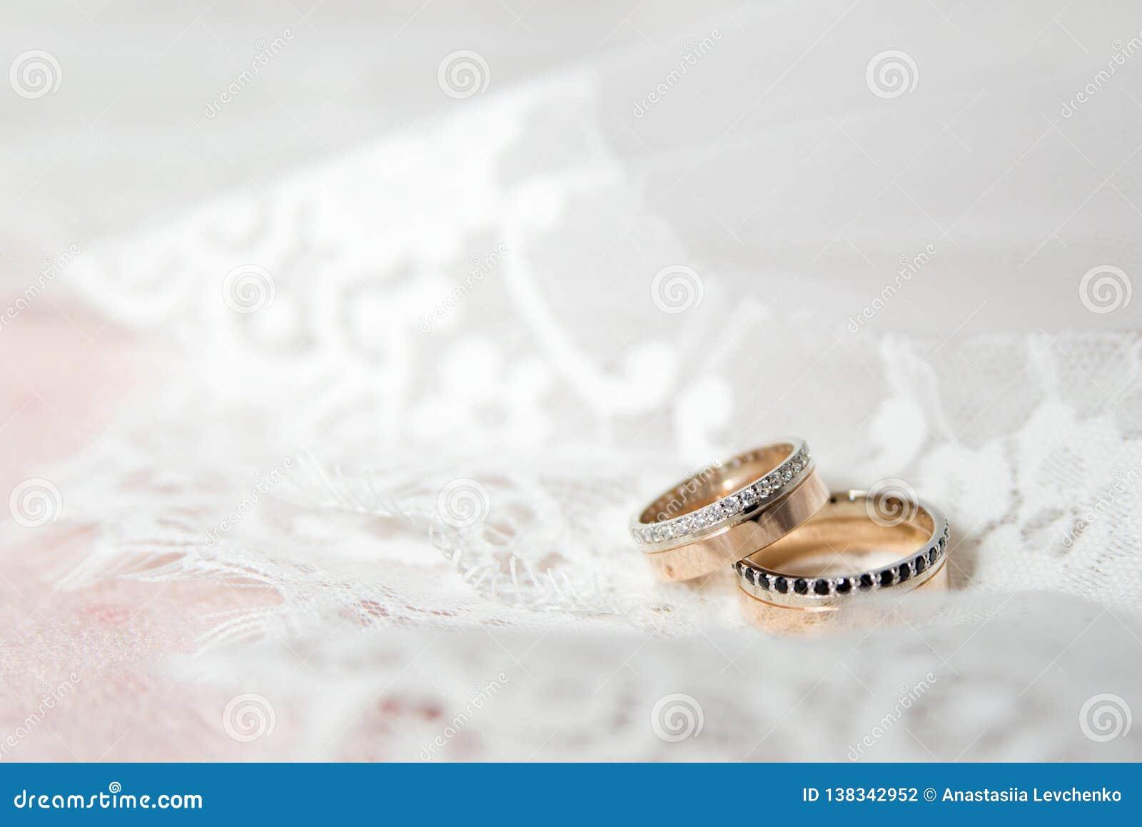 Beaux Anneaux De Mariage Déclaration De Lamour Photo Stock