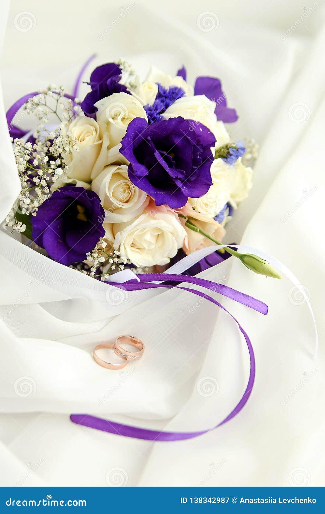 Beaux Anneaux Les épousant Avec Le Bouquet Des Fleurs