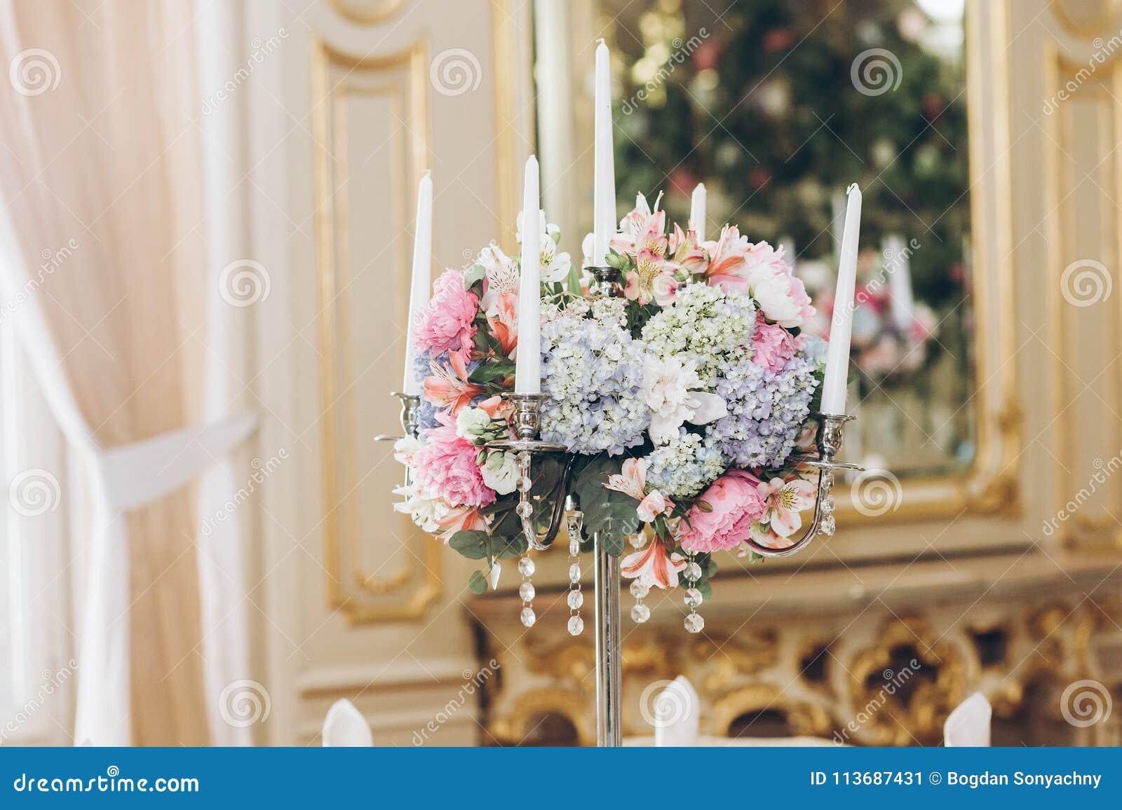 Beaux bouquets d hortensia dans des vases et le candelabr argenté brillant