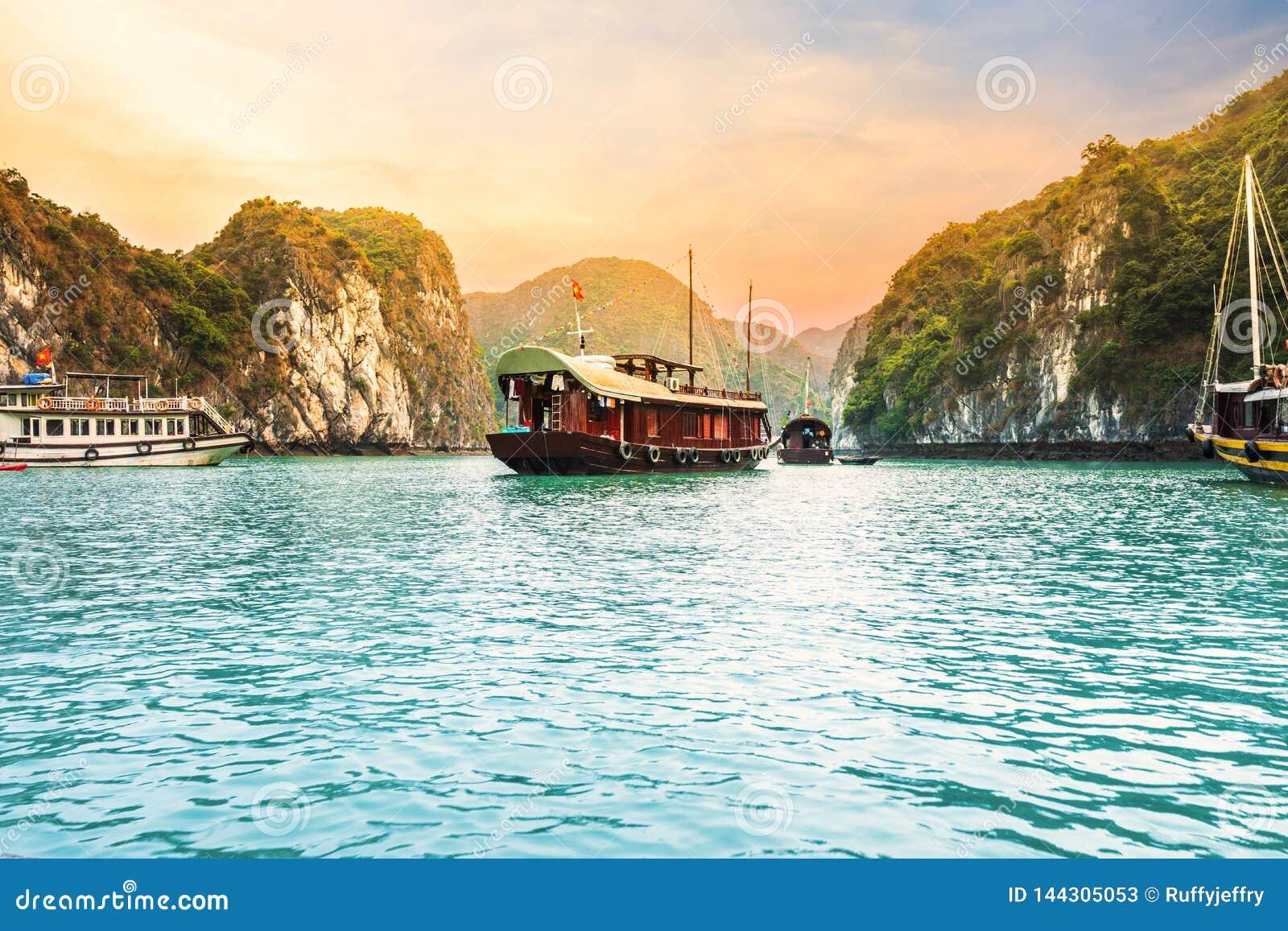 Beaux ciel et bateau de croisière sur la baie de Halong, Vietnam