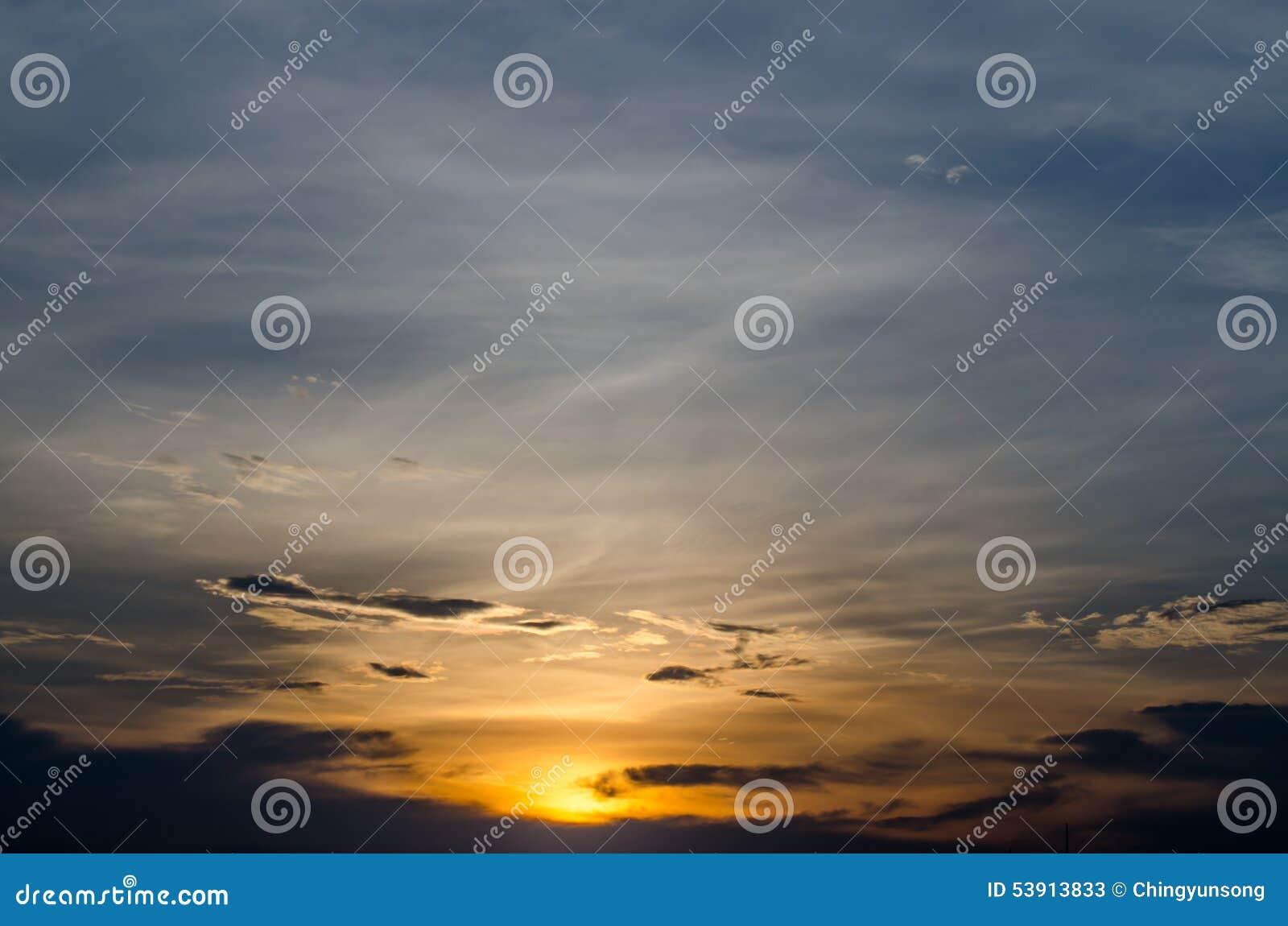 Beaux ciel et nuage de coucher du soleil Fond de ciel