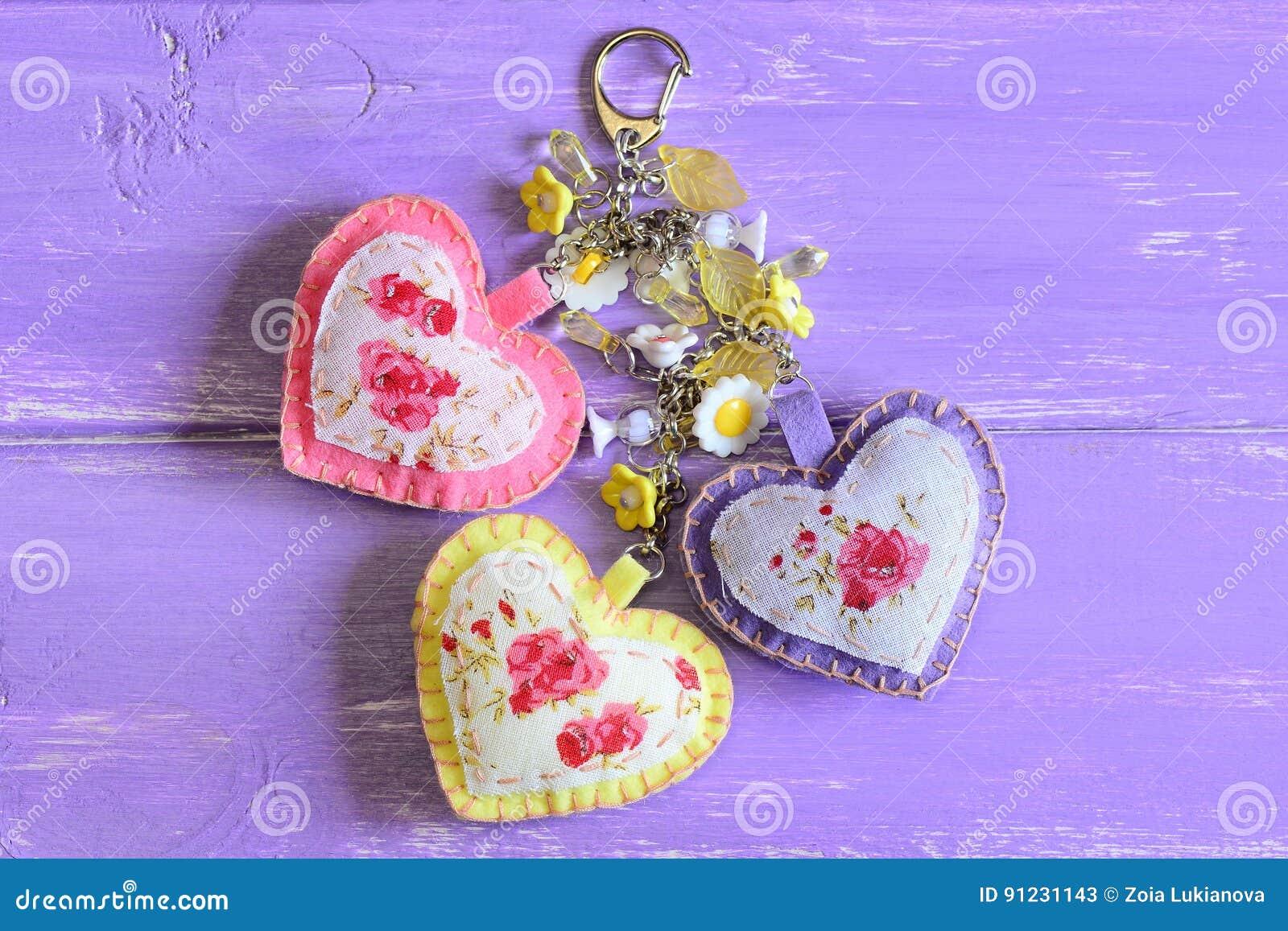 Beaux coeurs et porte-clés de fleurs Feutre fait main et charme de porte- 4b185f4ae49
