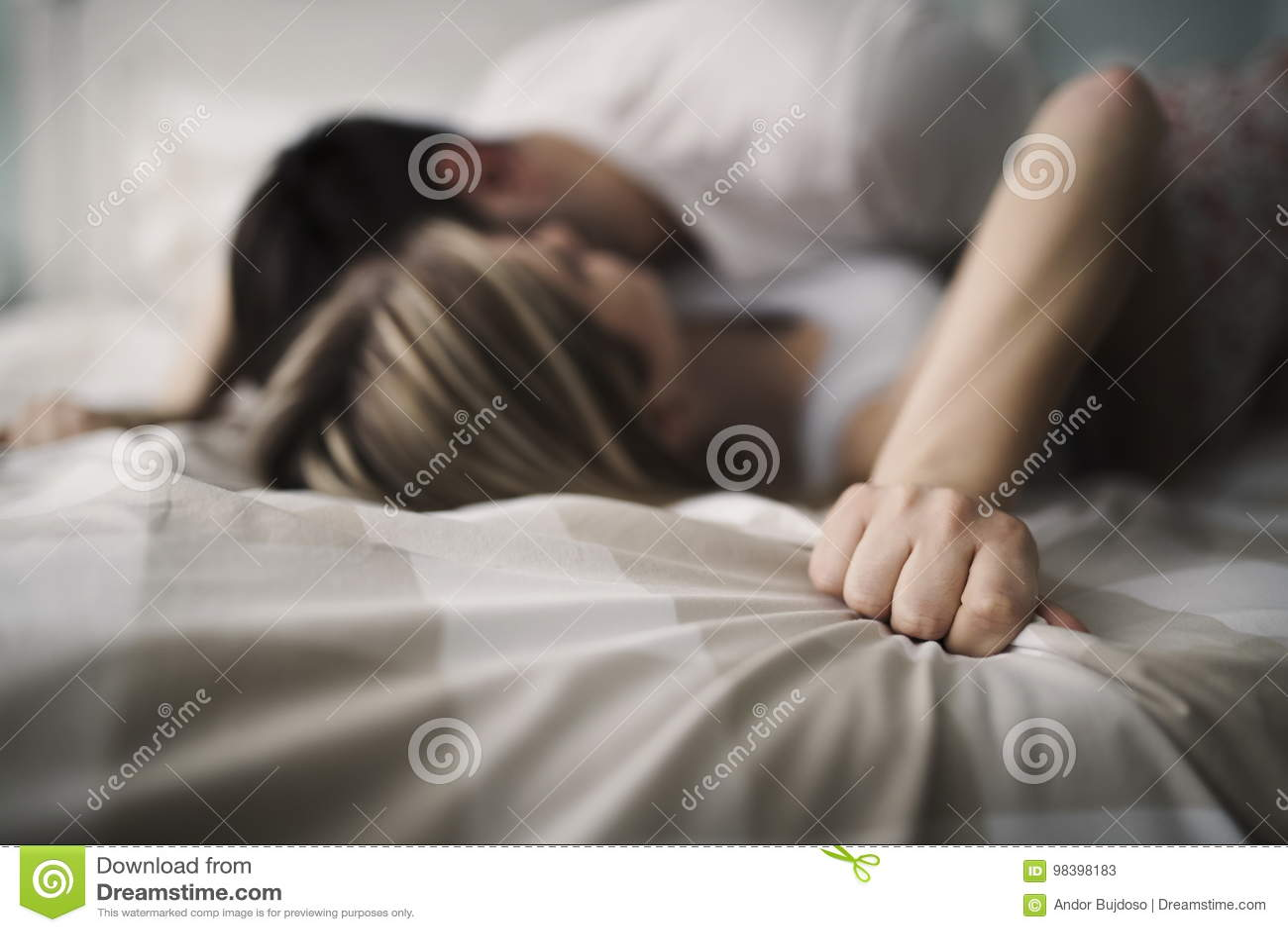 Beaux couples étant romantiques et passionnés dans le lit