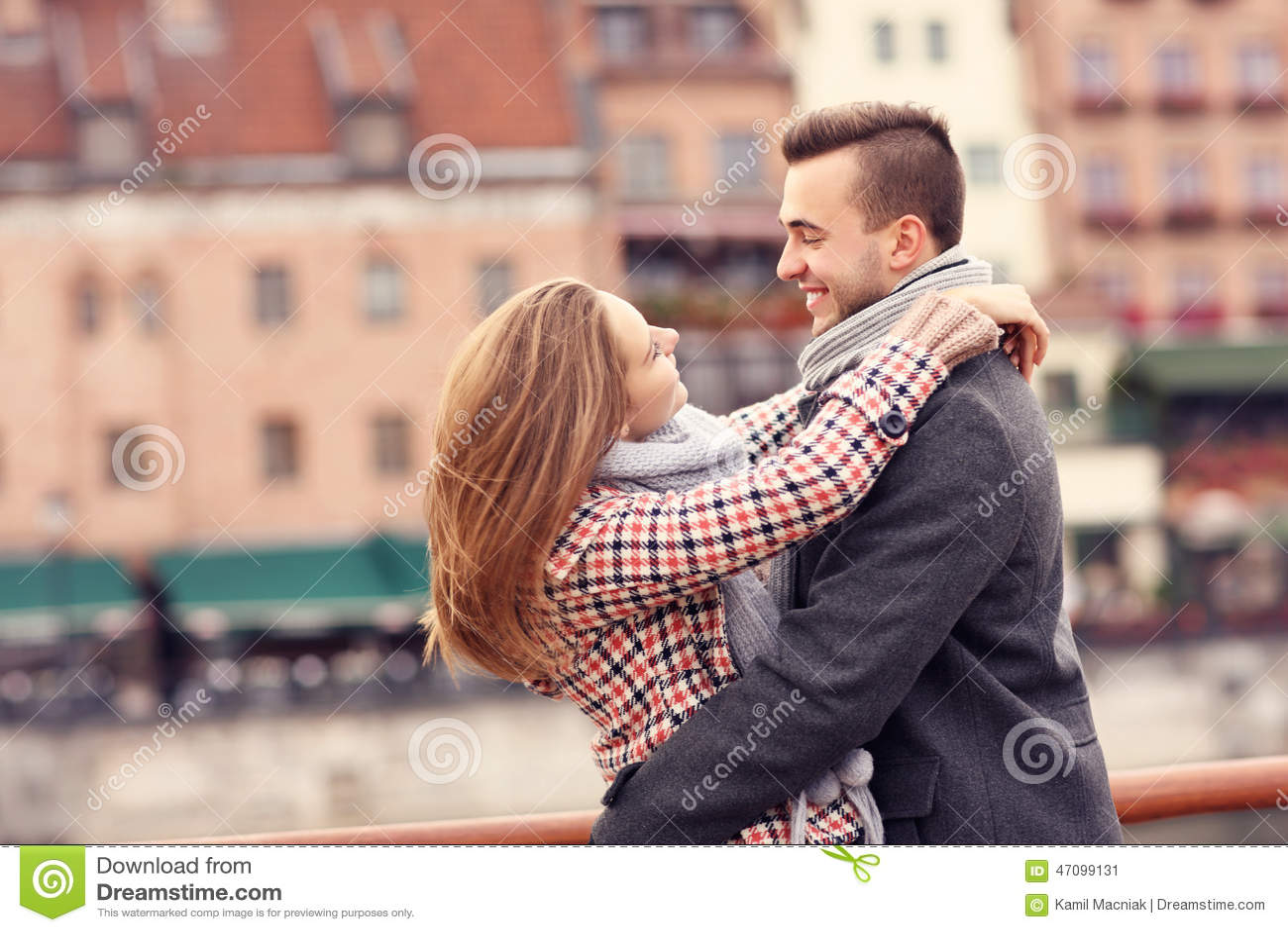 Beaux couples étreignant une date dans la ville