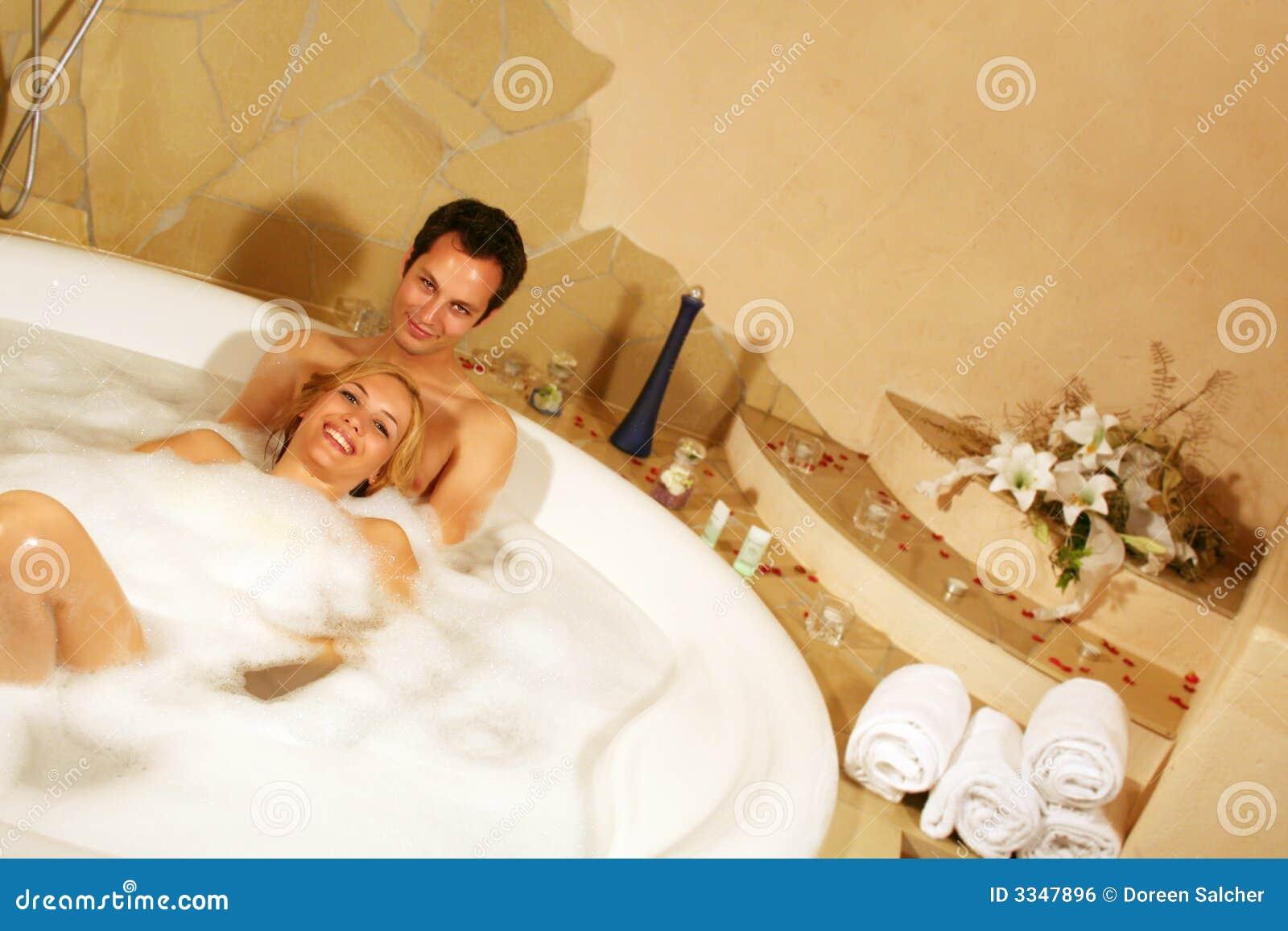 beaux couples dans le bain photo stock image du sain. Black Bedroom Furniture Sets. Home Design Ideas